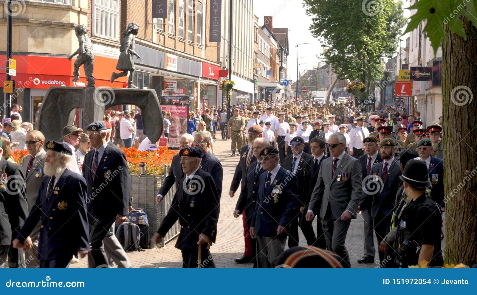 Northampton R-U : Le 29 juin 2019 - troupes de défilé de jour de forces armées marchant sur la rue d Abingron