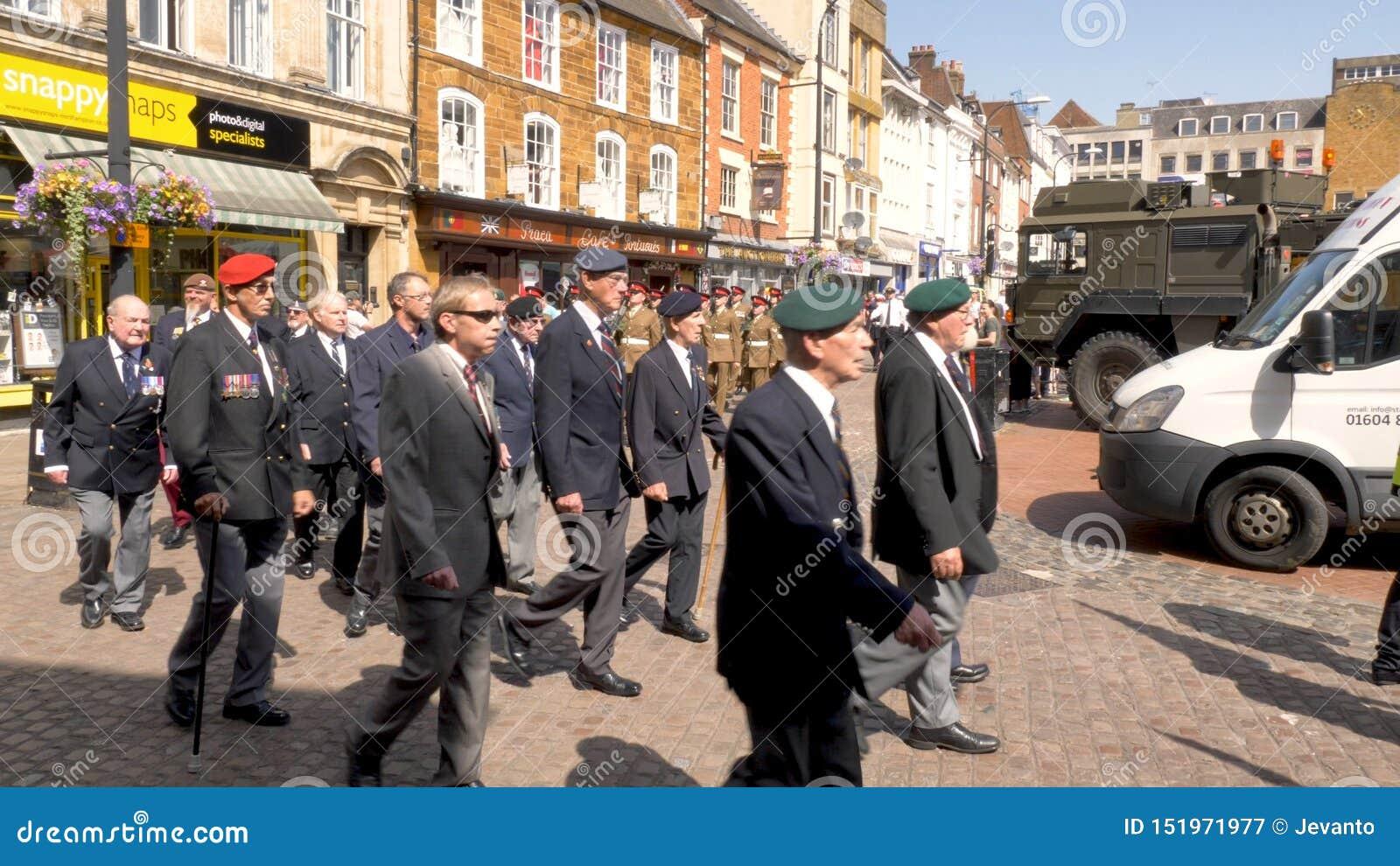 Northampton R-U : Le 29 juin 2019 - vétérans de défilé de jour de forces armées marchant sur la rue d Abingron