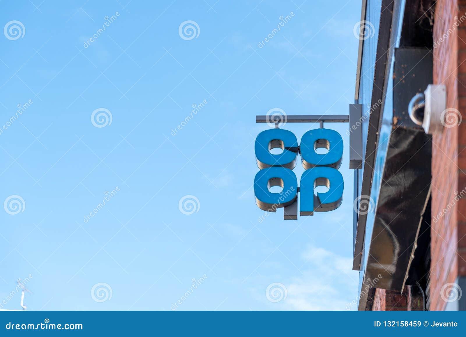 Northampton R-U le 28 octobre 2018 : vue de jour du signe coopératif de logo accrochant sur le mur de magasin
