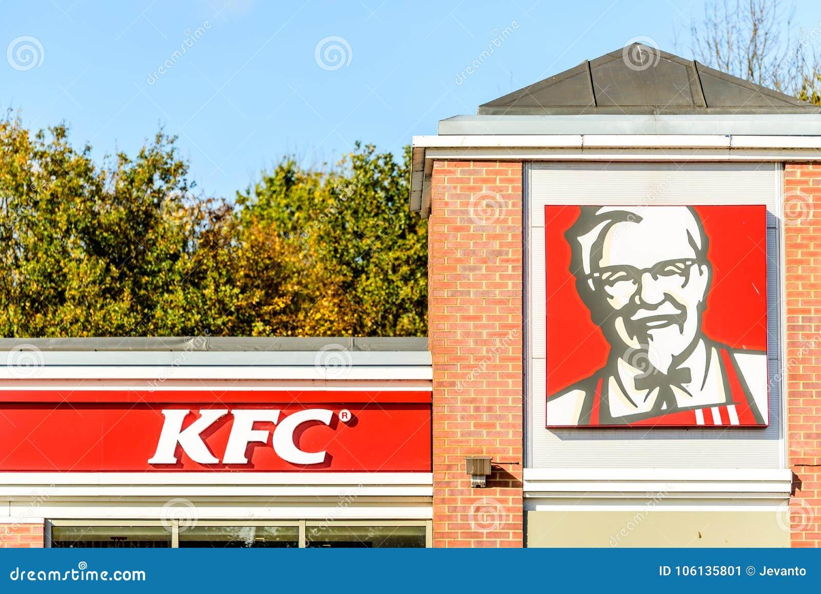 Northampton, Reino Unido - 25 de octubre de 2017: La opinión del día tiró de logotipo del restaurante de KFC en parque de la vent
