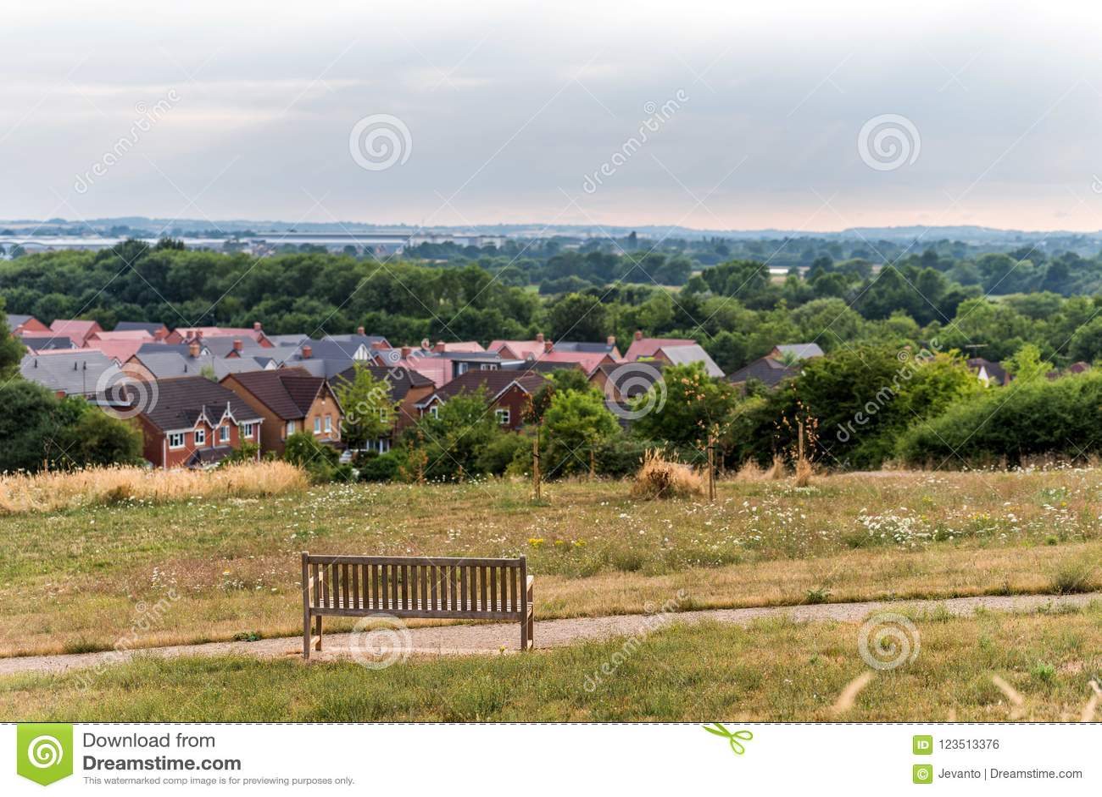 Northampton Town cityscapehorisont med bänkinforeground Förenade kungariket