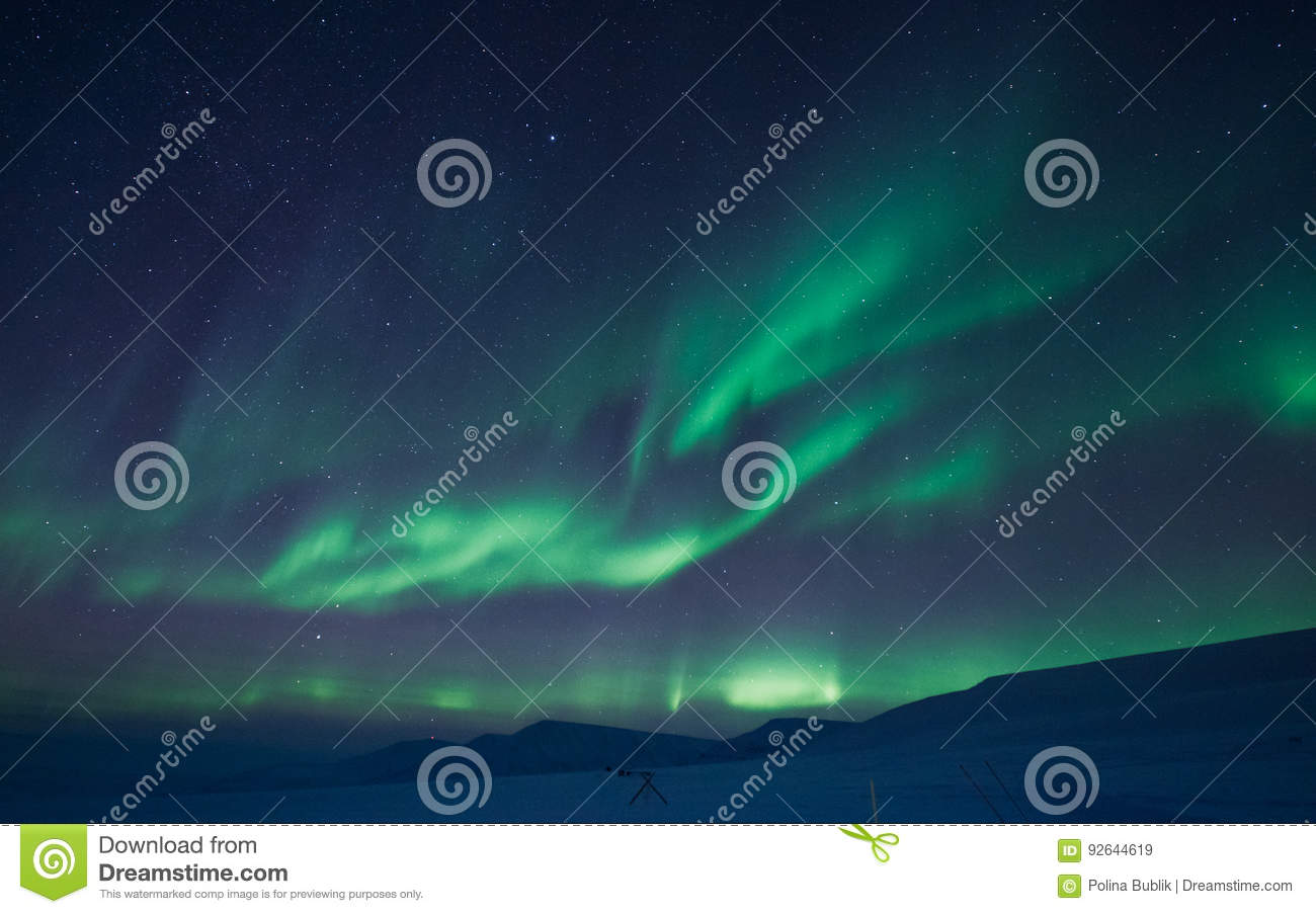 The Northern lights in the mountains of Svalbard, Longyearbyen, Spitsbergen, Norway wallpaper