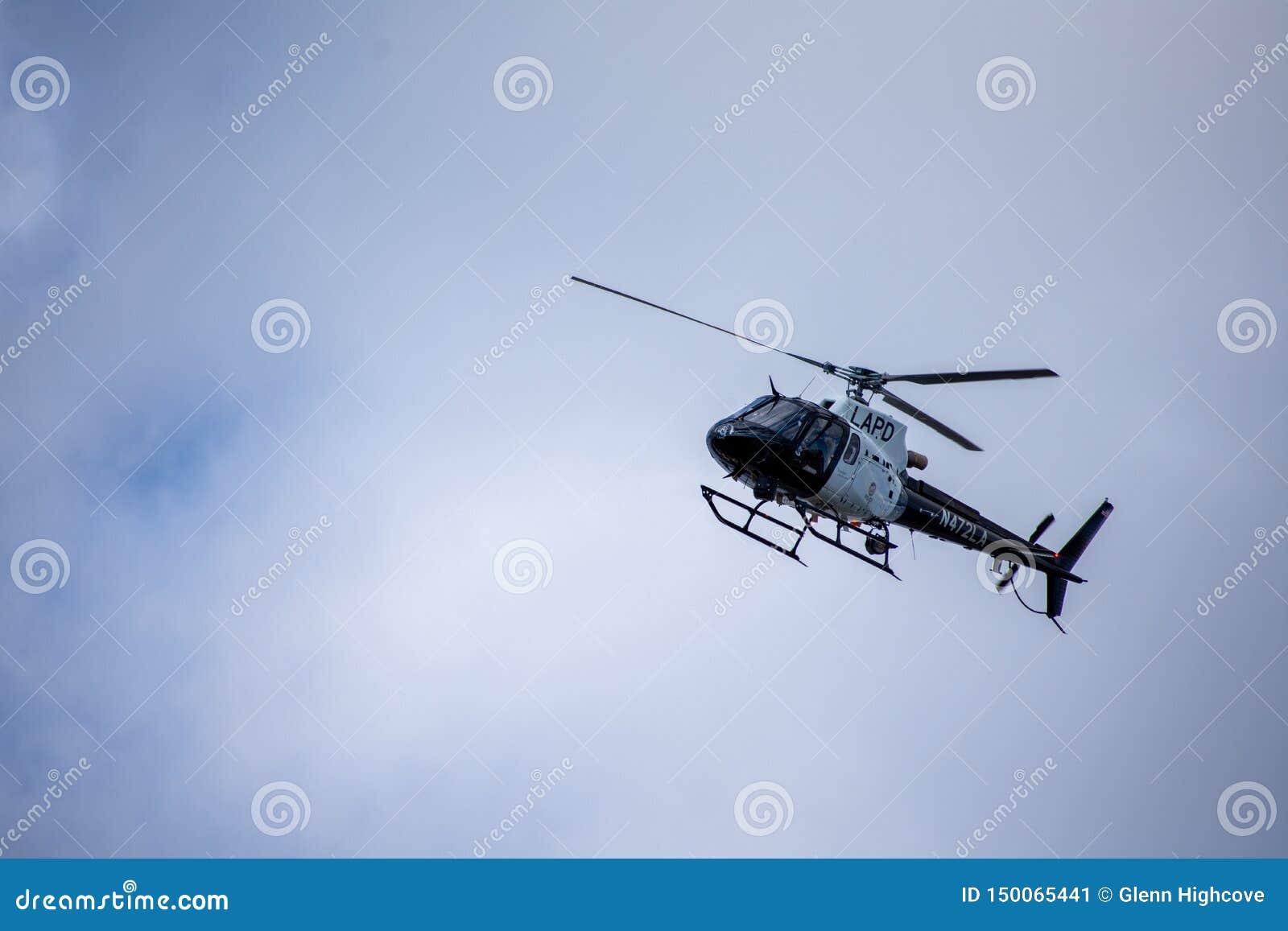 Northridge, CA/Etats-Unis - 27 mai 2019 : Les unités d unité et de patrouille d air de LAPD répondent à l appel de brandishing/AD
