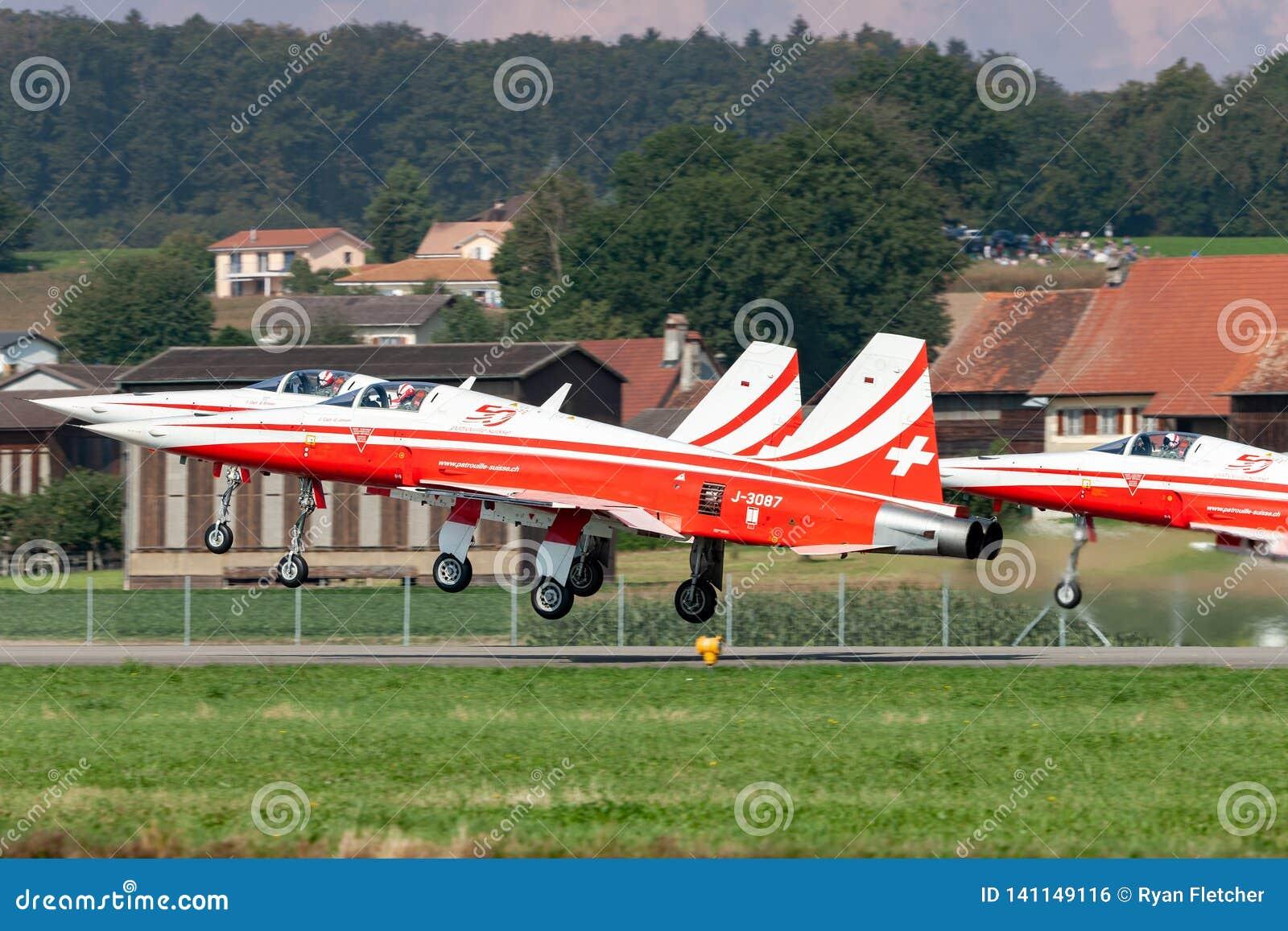 Northrop F-5E myśliwiec od Szwajcarskiej siły powietrzne formaci pokazu drużyny Patrouille Suisse