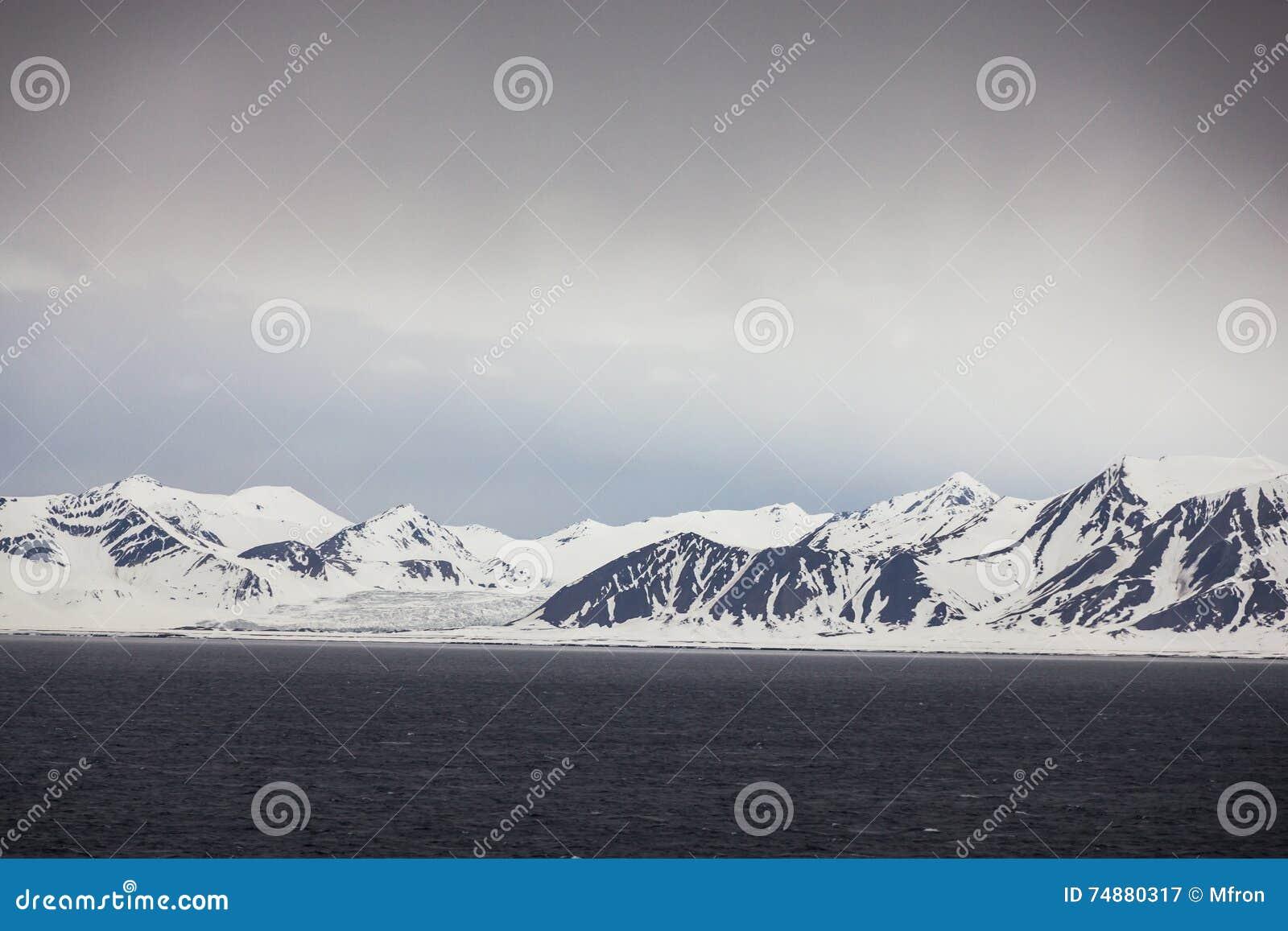 Noruega do norte perto de Longyearbyen em Spitsbergen