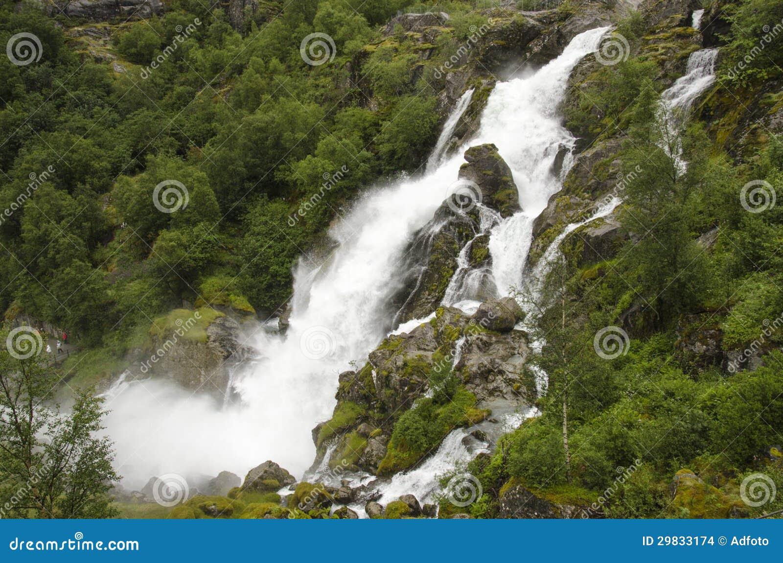 Noruega - parque nacional de Jostedalsbreen - cachoeira