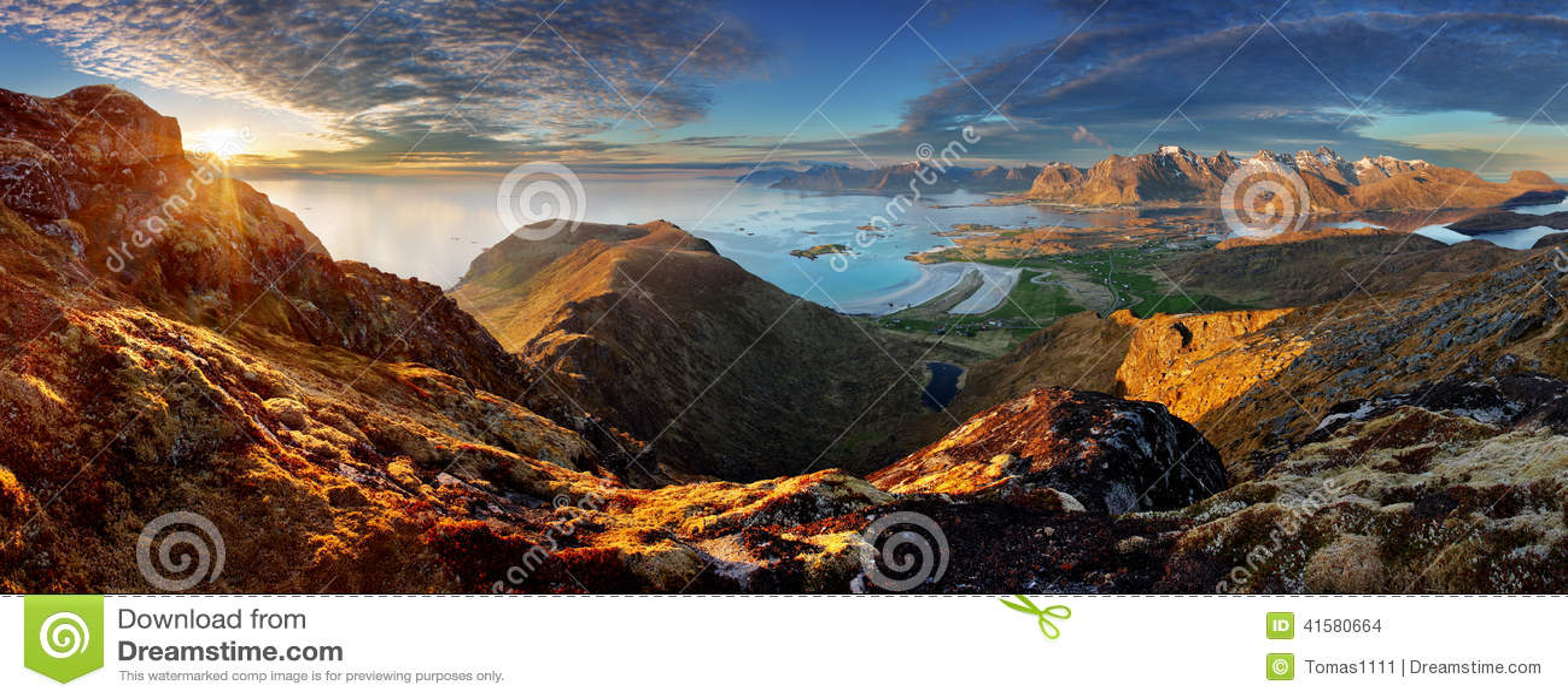 Norwegia krajobrazu panorama z oceanem i górą