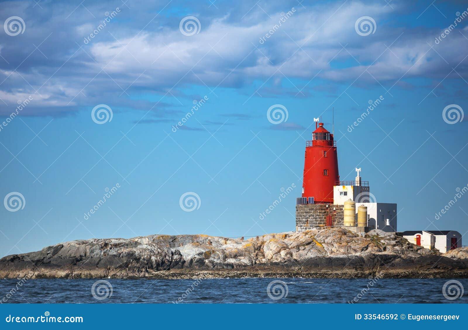 Norwegischer Leuchtturm mit großem rotem Turm