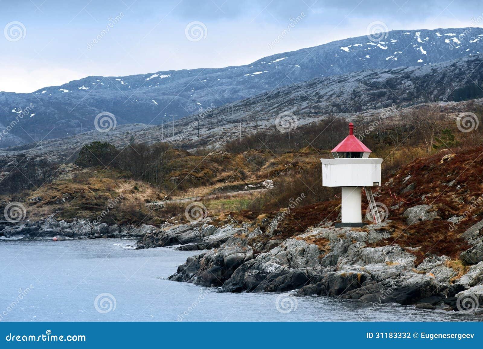 Norwegischer Leuchtturm. Weißer Turm mit roter Spitze