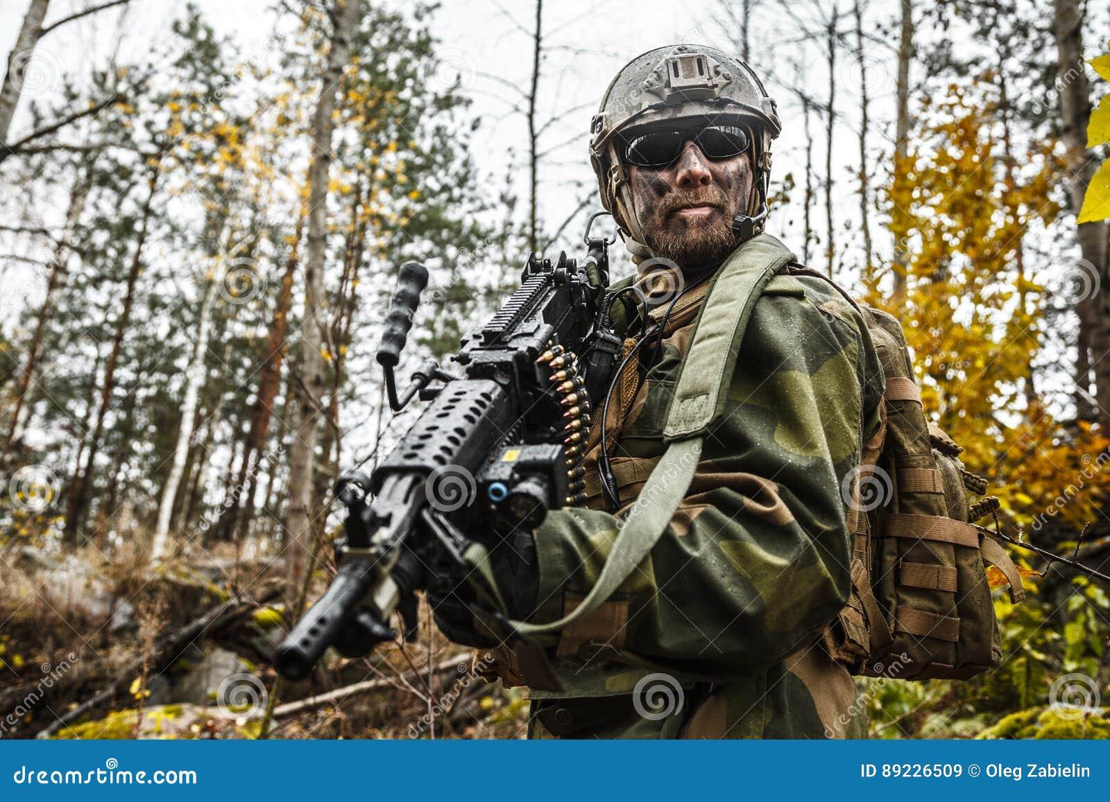 Norwegischer Soldat Im Wald Stockbild - Bild von tätigkeit, gewehr ...