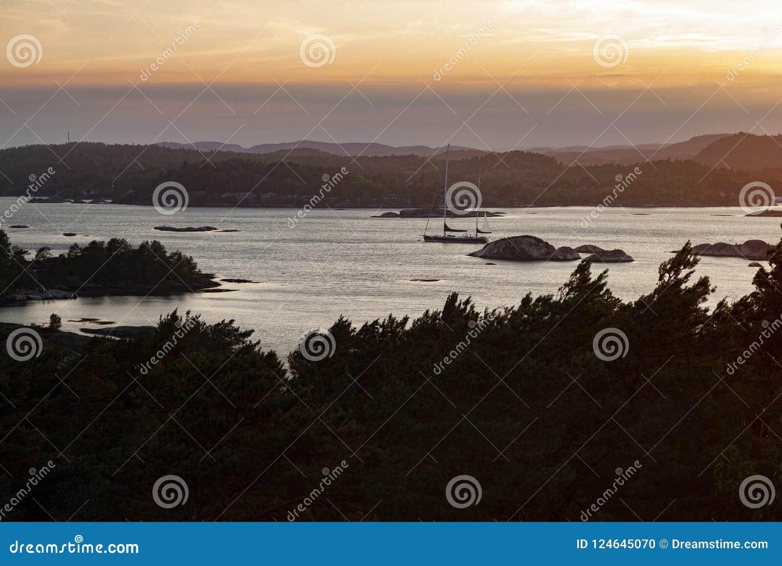 Norweska żaglówka na wybrzeżu przy półmrokiem
