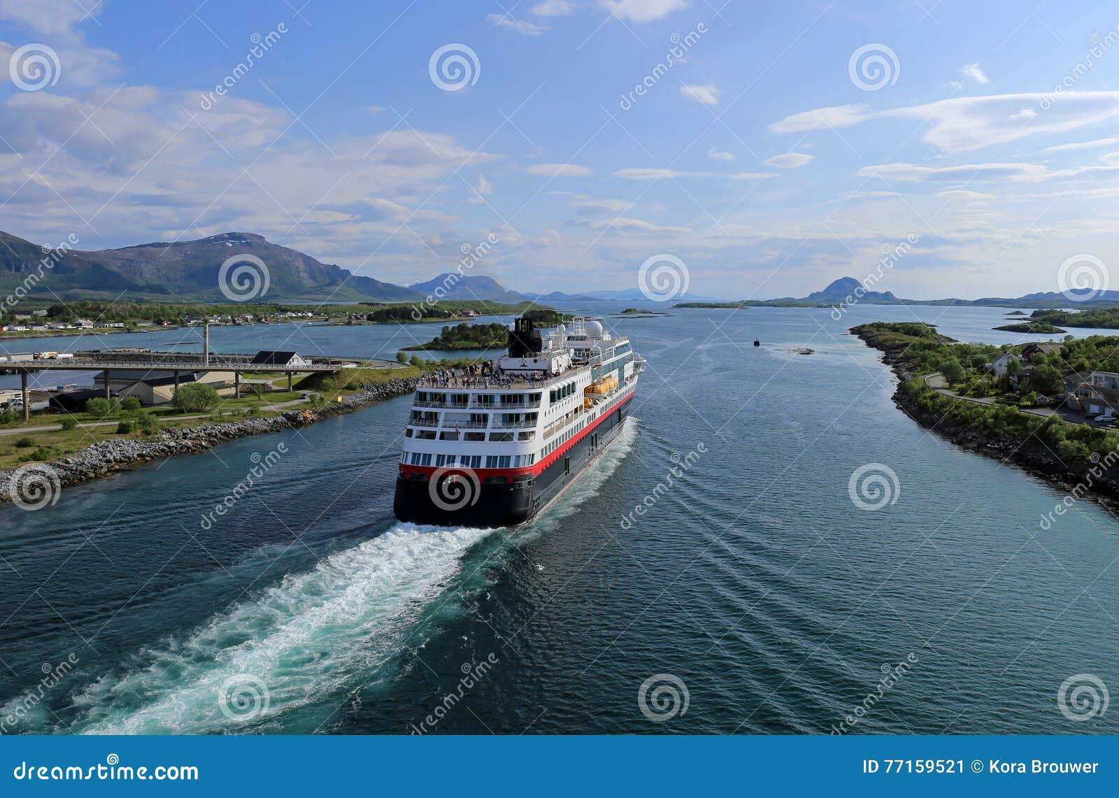Norweski nabrzeżny parostatek opuszcza port Bronnoysund
