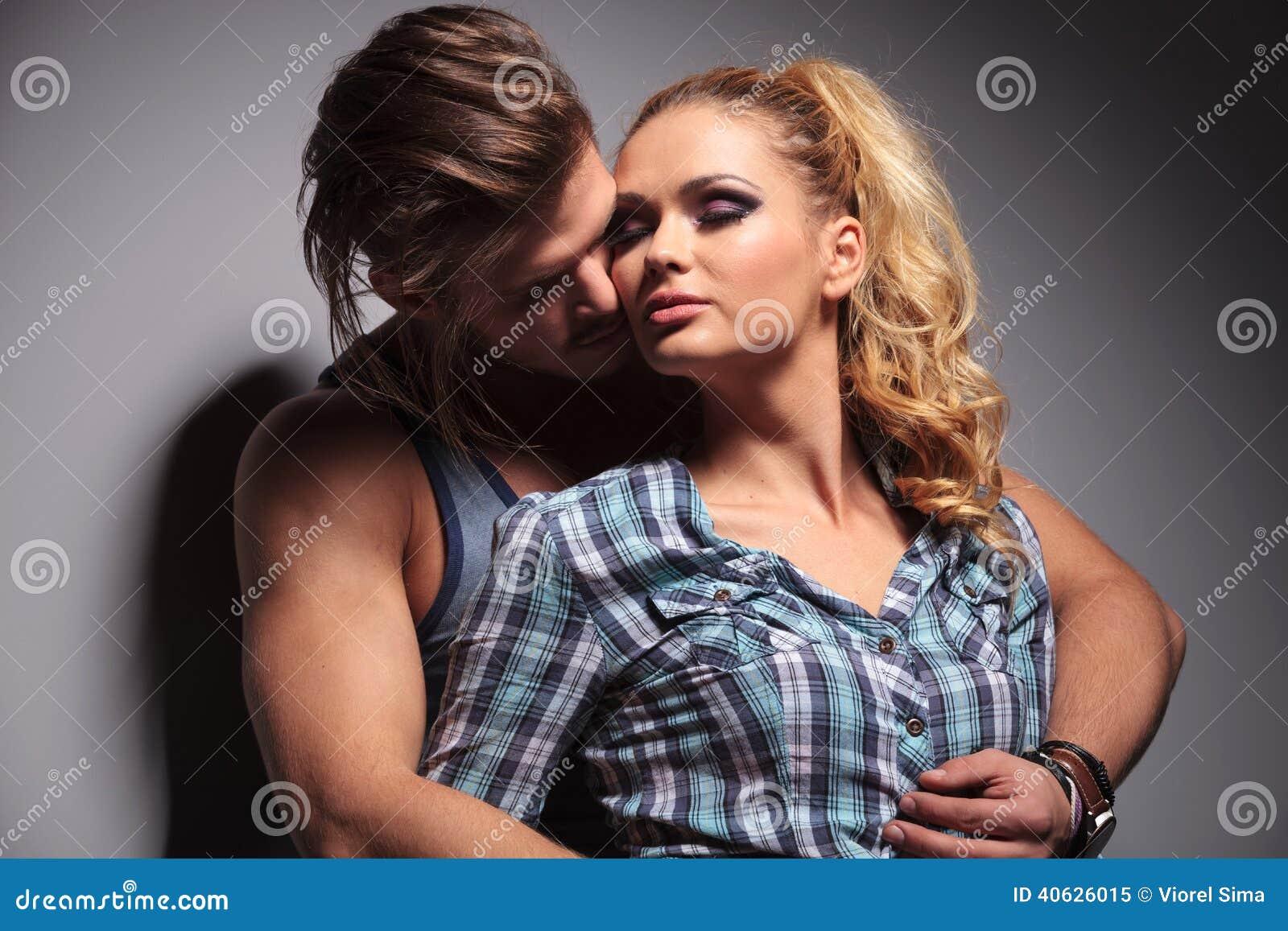 Nos pares ocasionais do amor que abraçam com paixão
