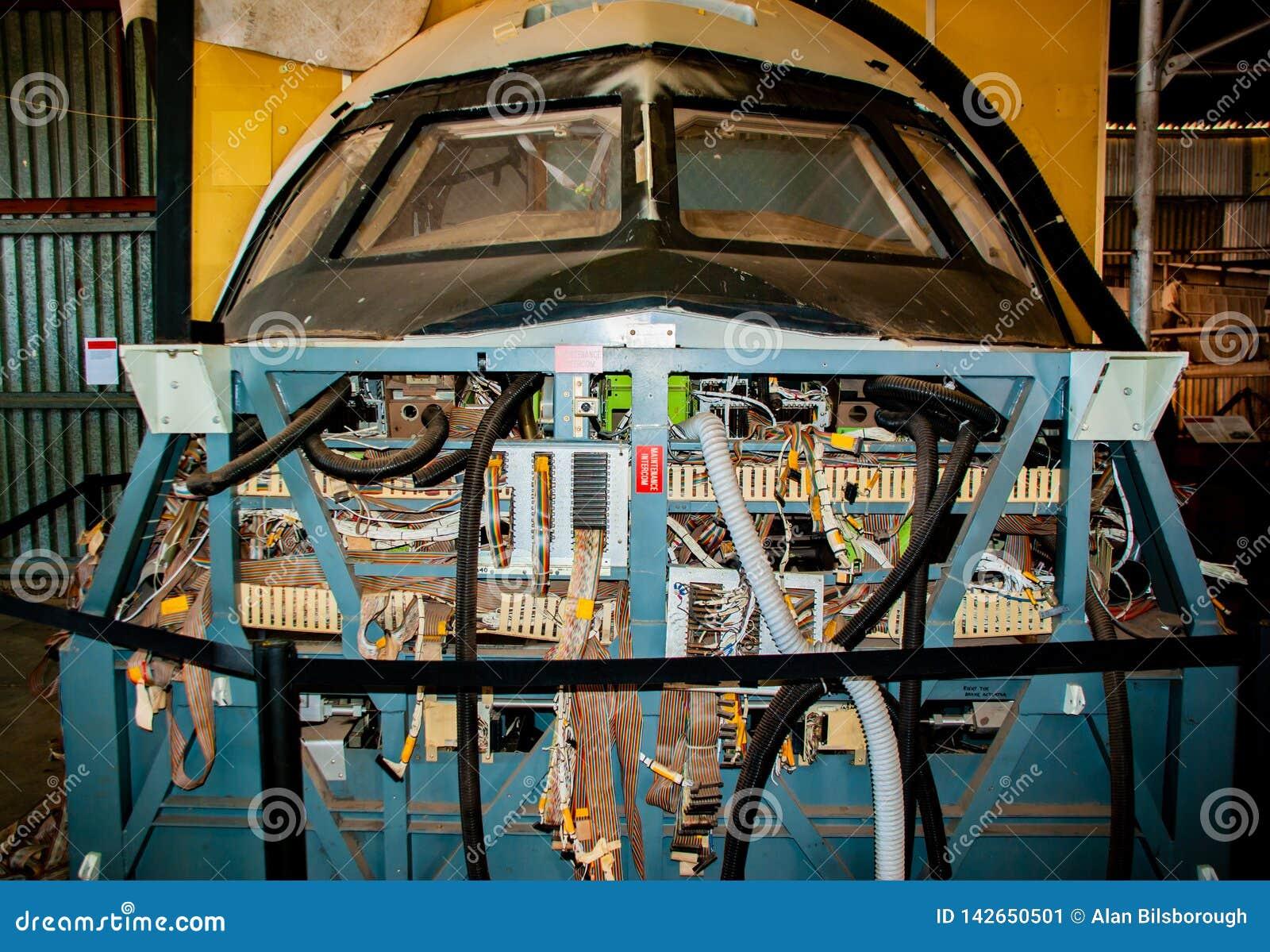 Nos wystawiający pokazywać złożoność części i drutowanie samolot
