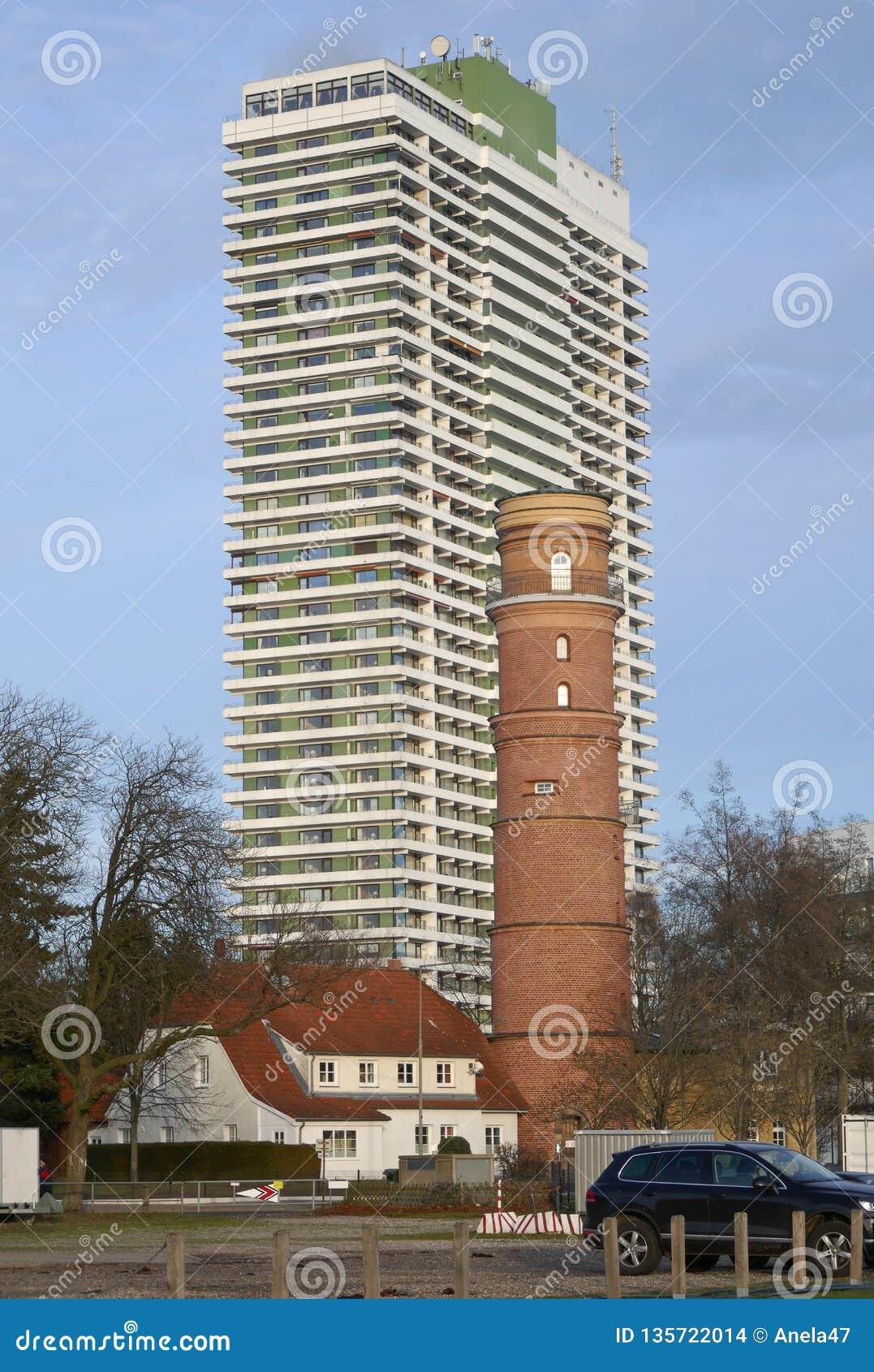Nostalgia e modernidade, farol velho e um hotel moderno em um arranha-céus