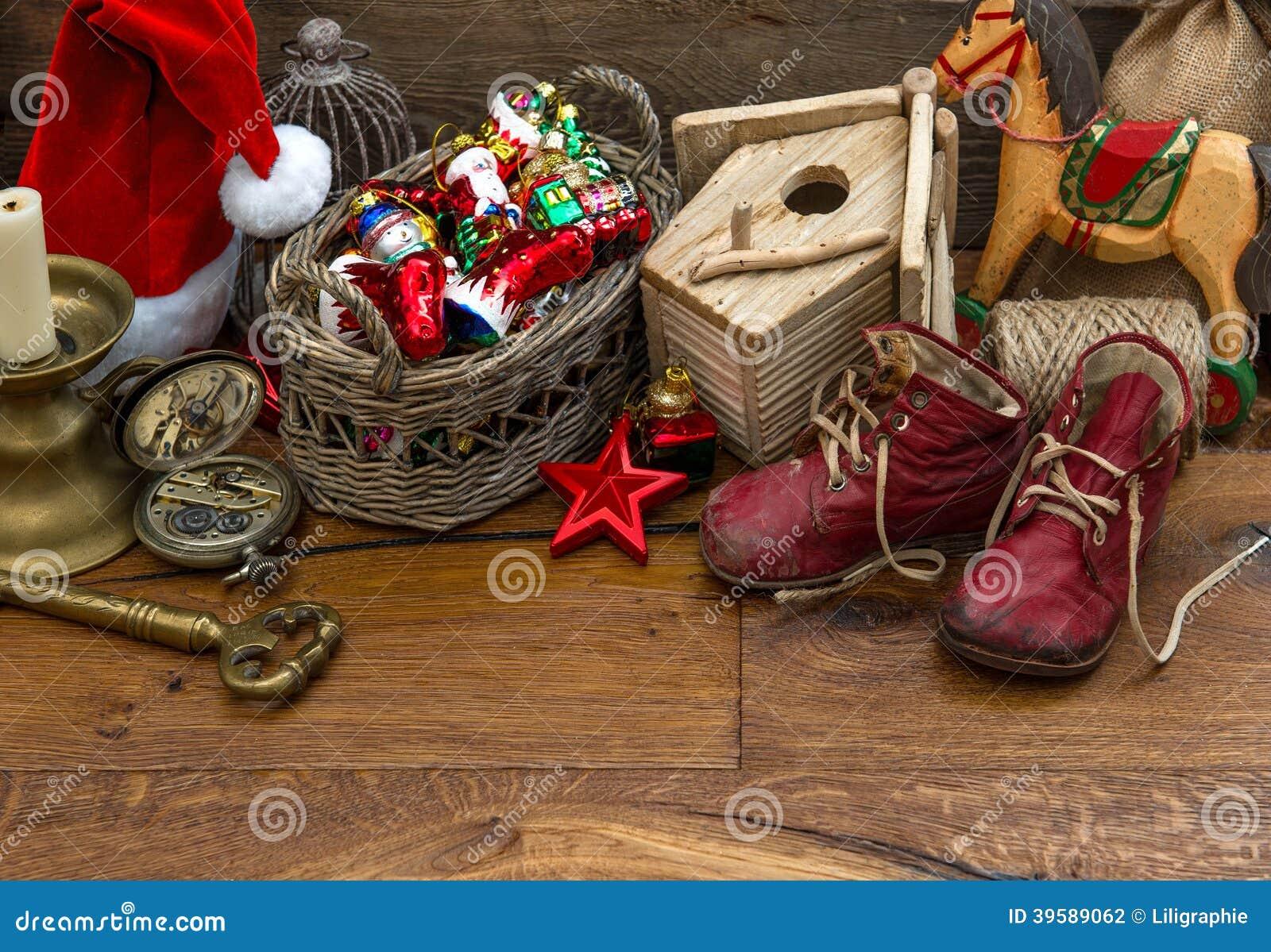 Nostalgisk julleksakgarnering över träbakgrund