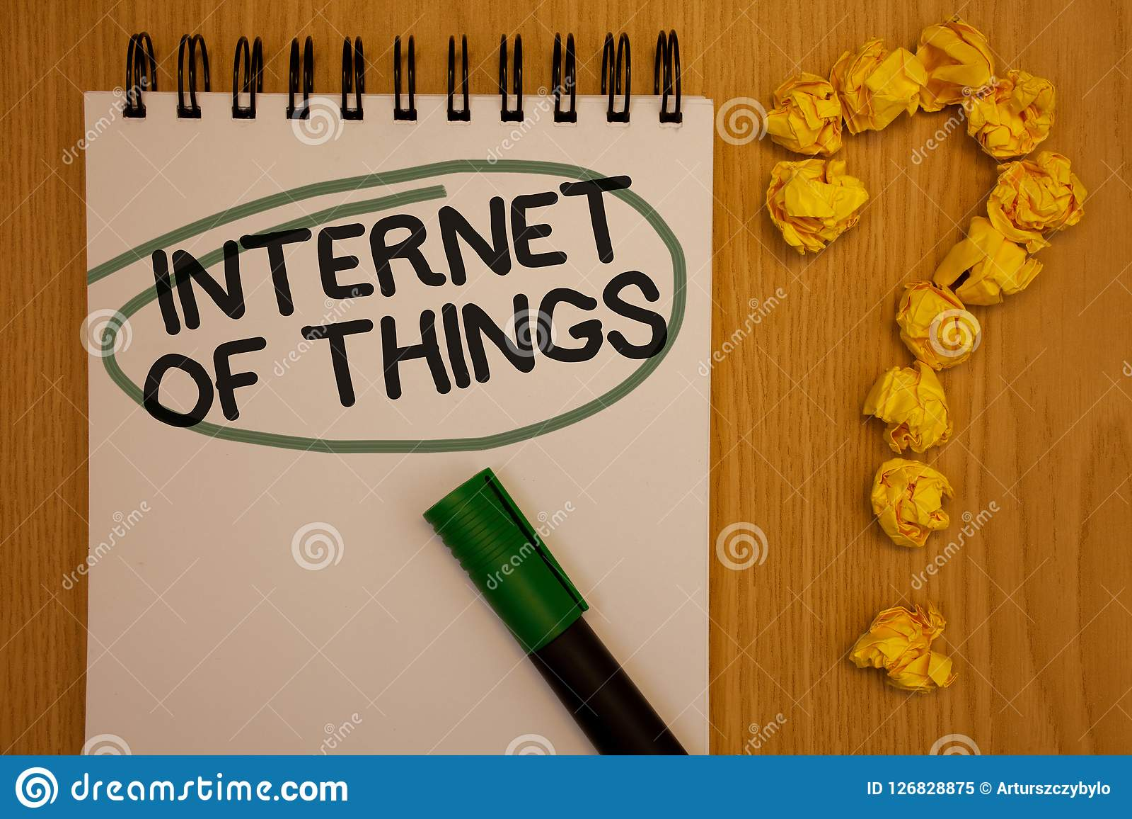 Nota da escrita que mostra o Internet das coisas Nota apresentando da conectividade da eletrônica de Digitas da globalização da i