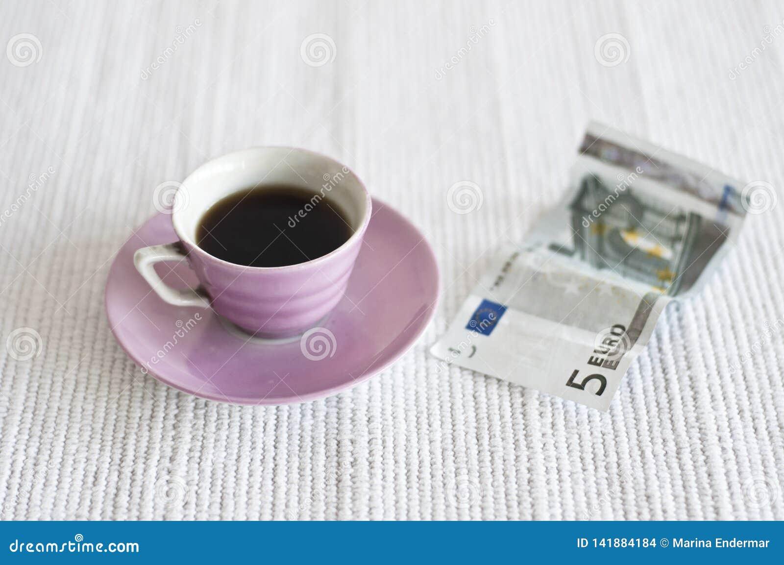 Nota dell euro 5 e della tazza di caffè