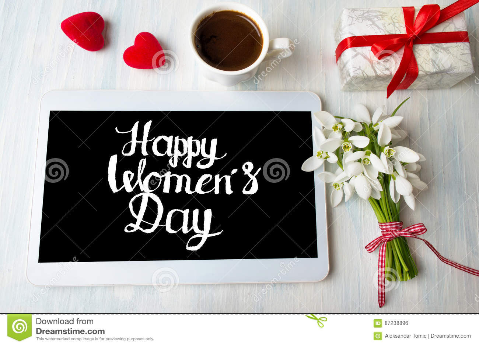 Nota di calligrafia del giorno delle donne felici su una compressa