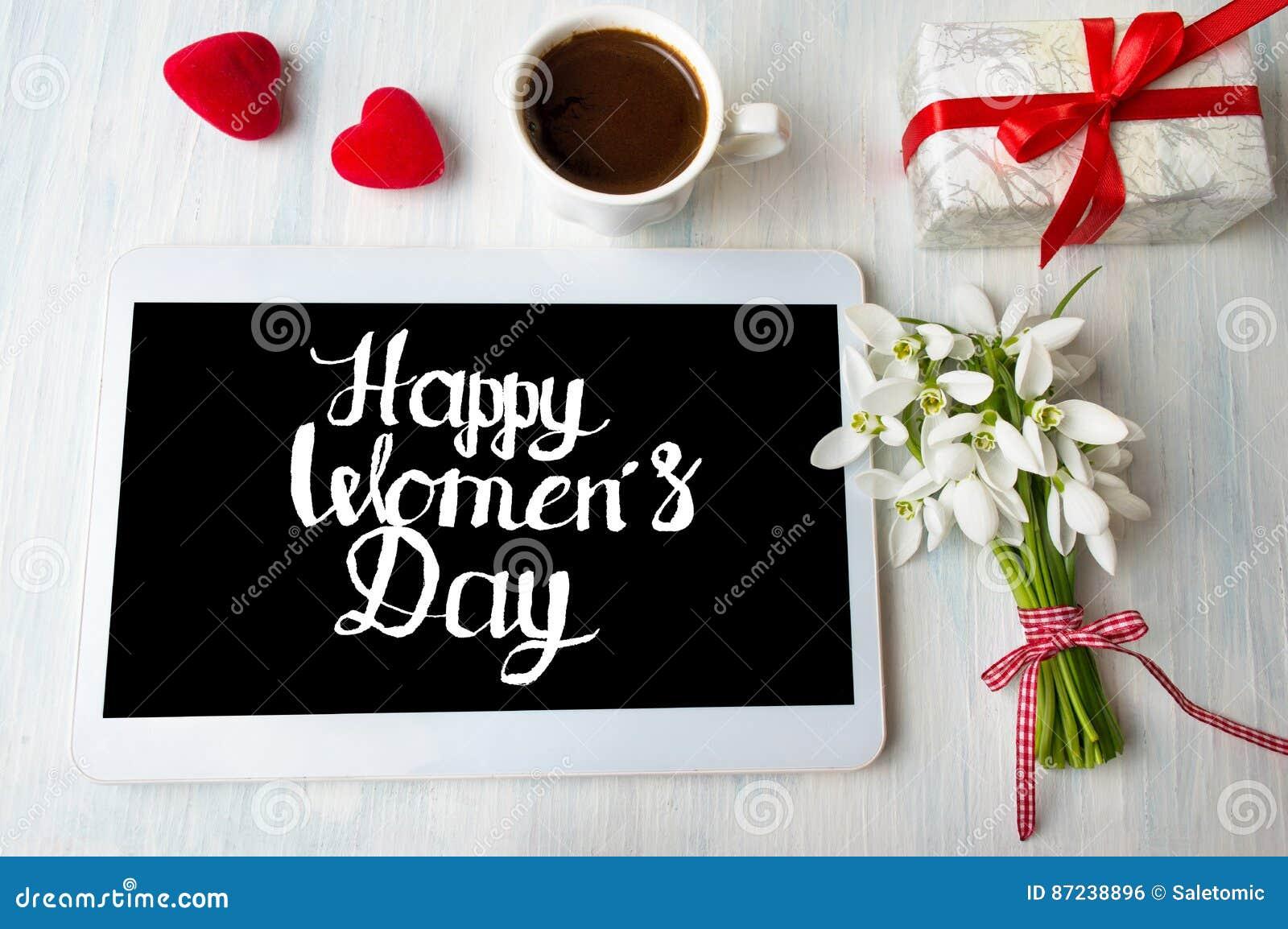 Nota para mujer feliz de la caligrafía del día sobre una tableta