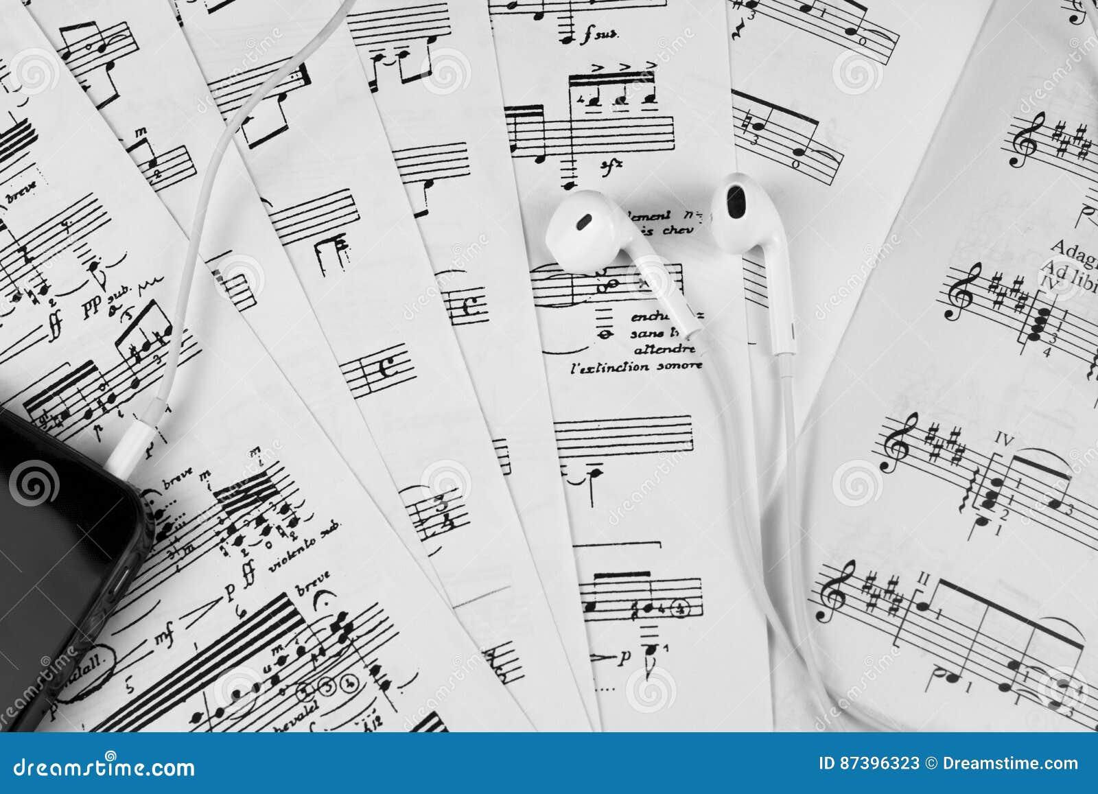 Nota a partitura que aprende o coro baixo do condutor da contagem de orquestra da flauta do oboé do violoncelo do violino da harp