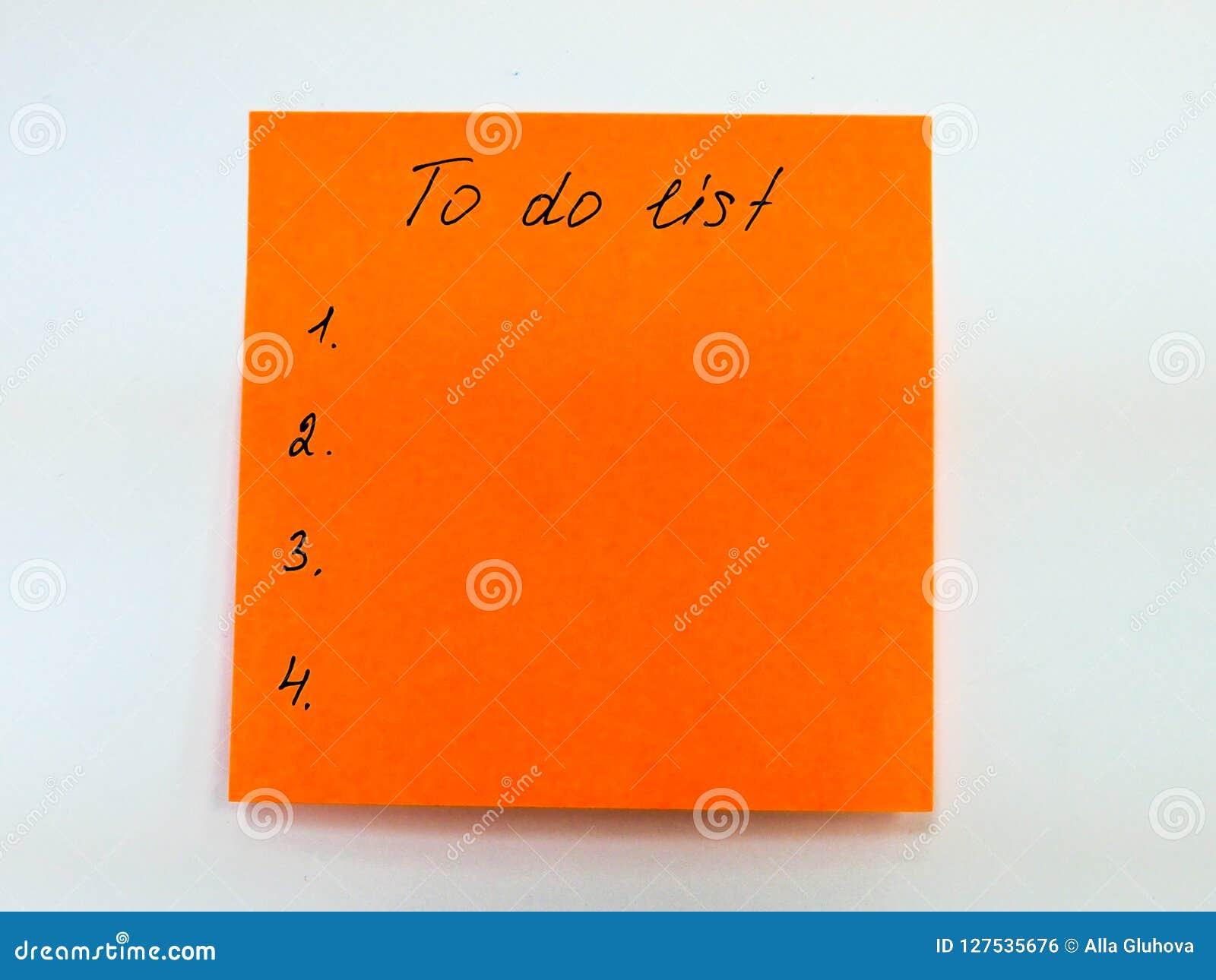 Nota pegajosa con el texto para hacer la lista, lista de control