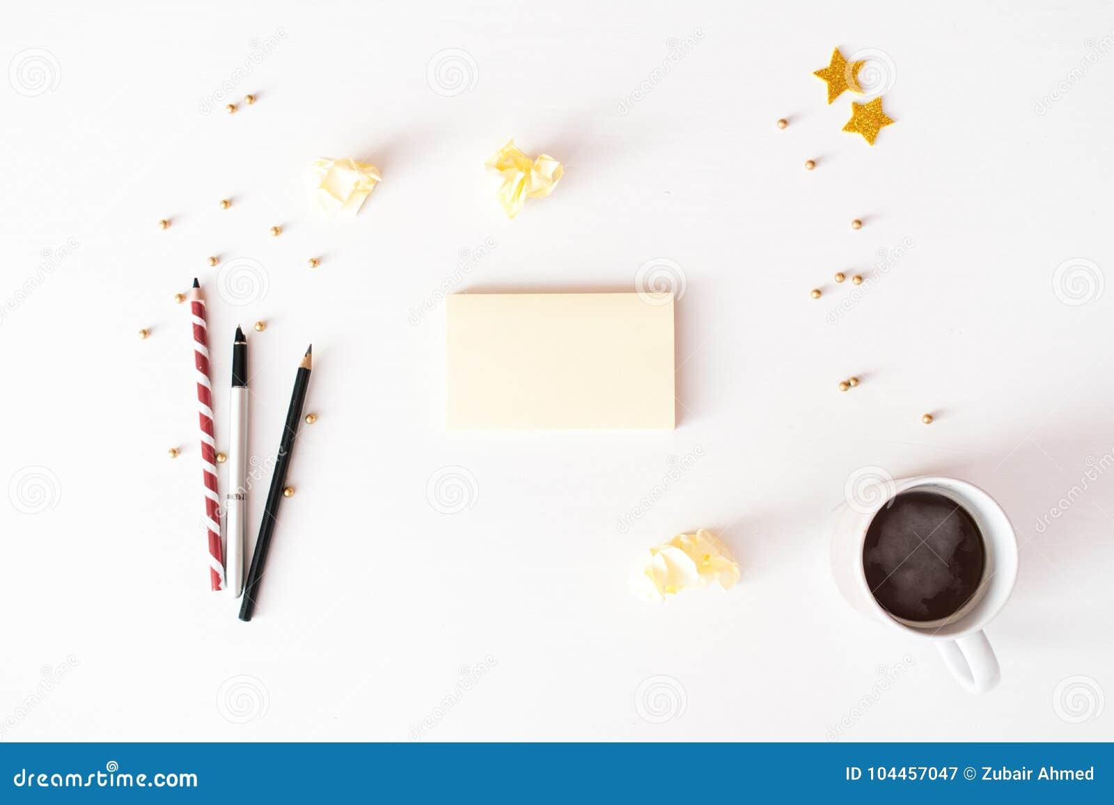 Nota s om de samenstellingsachtergrond van lijstkerstmis te doen behang, decoratie, ornamenten op witte achtergrond