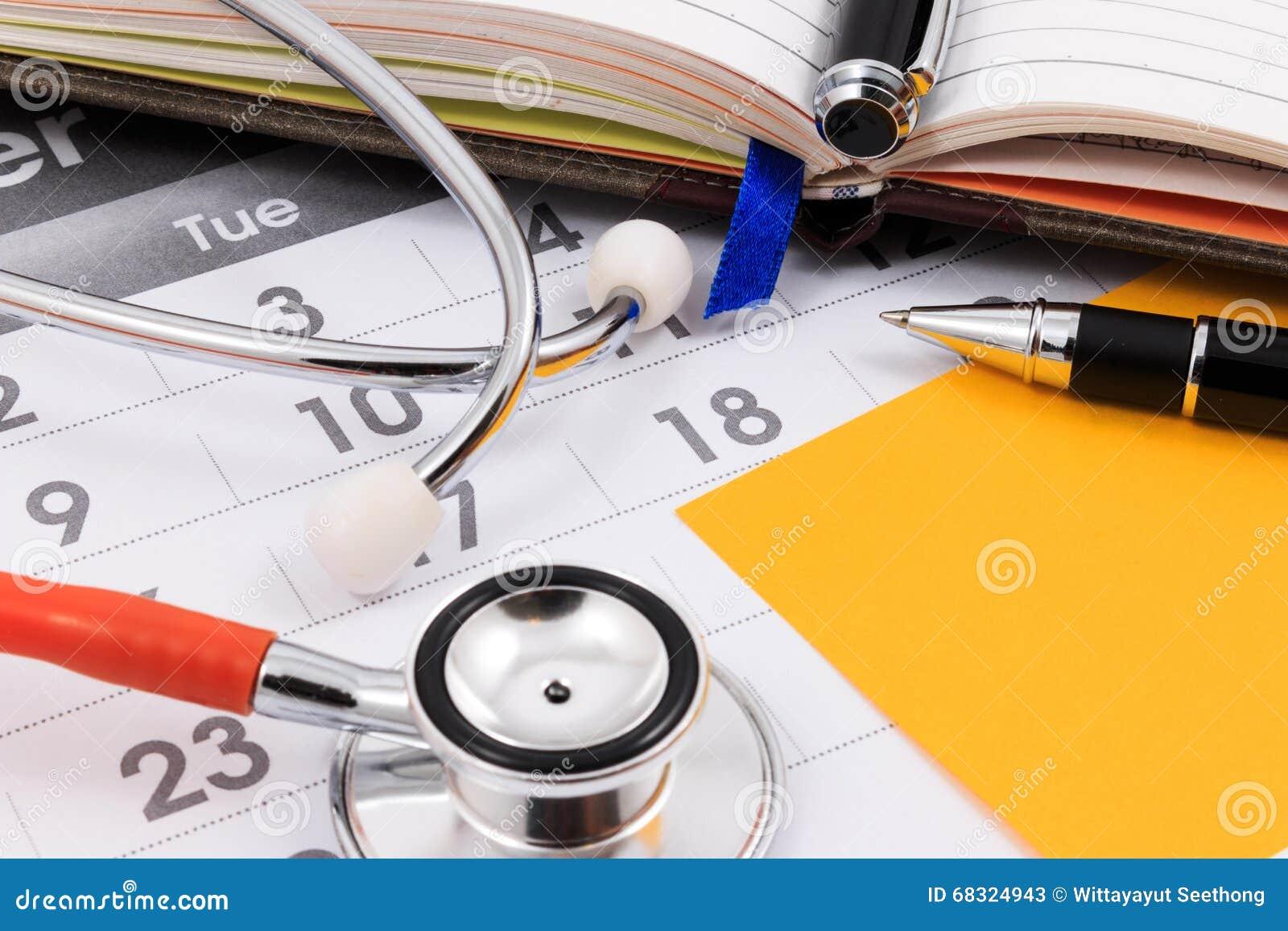 Nota sul calendario, appuntamento dello stetoscopio, della penna e della carta di medico