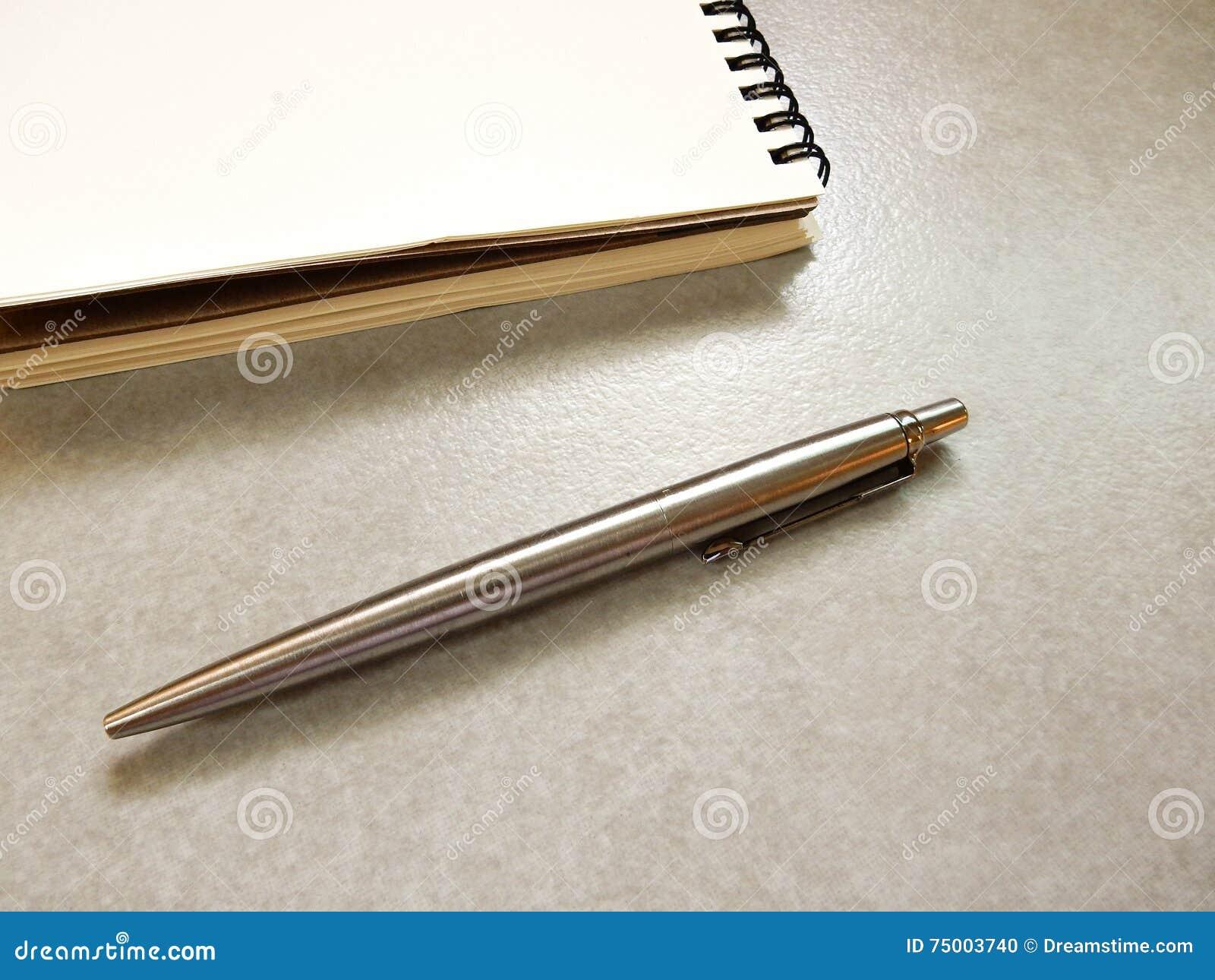 Notaboek met velen kleur van pen op grijze achtergrond