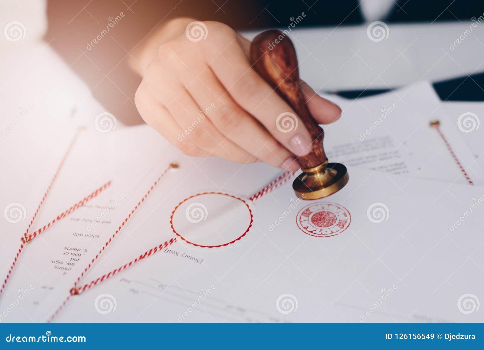 Notaire autorisant le document