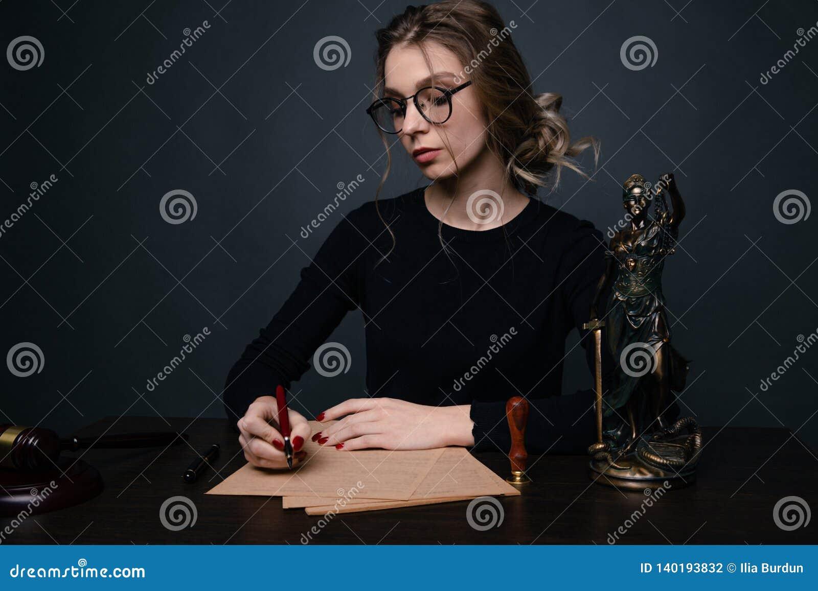 Notaire signant un contrat avec le stylo-plume dans le concept de chambre noire notaire d avocat de mandataire de loi d homme d a
