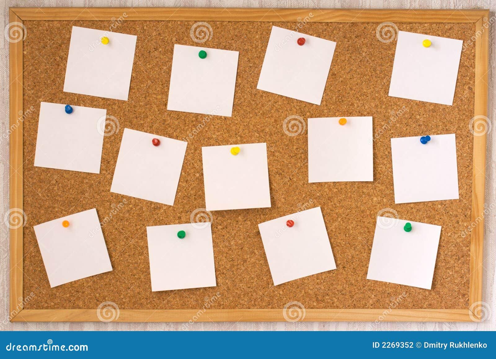 Notas blancas fijadas a la boa del corcho stock de - Corcho para fotos ...