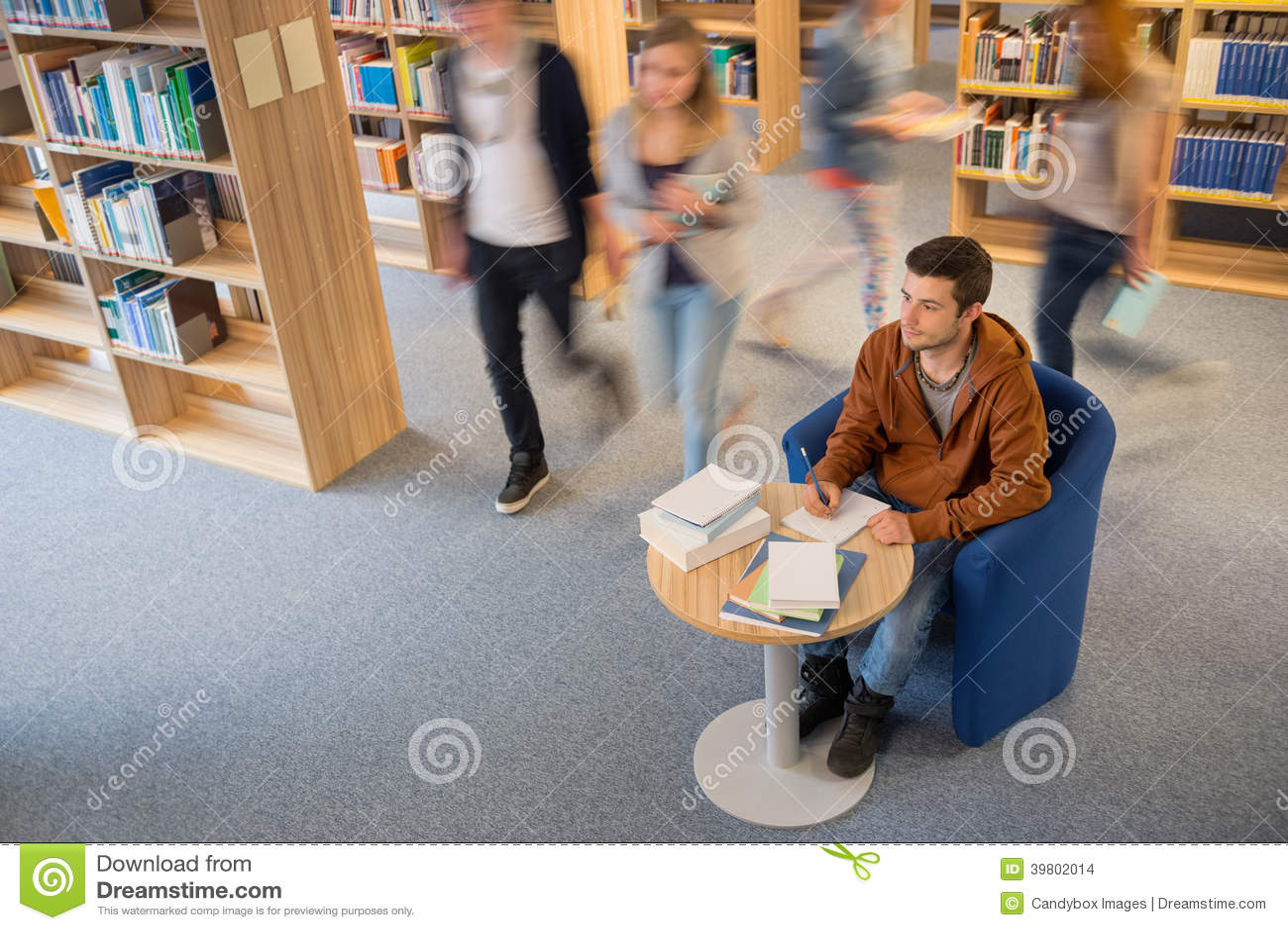 Notas da escrita do estudante no movimento do borrão da biblioteca