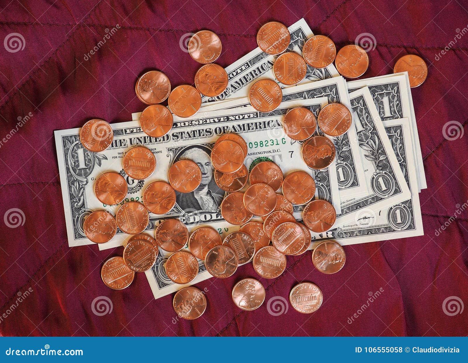 Notas do dólar e moeda, Estados Unidos sobre o fundo vermelho de veludo