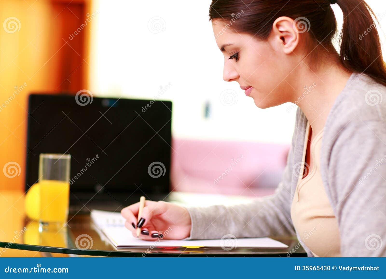 Notas felices hermosas jovenes de la escritura de la mujer