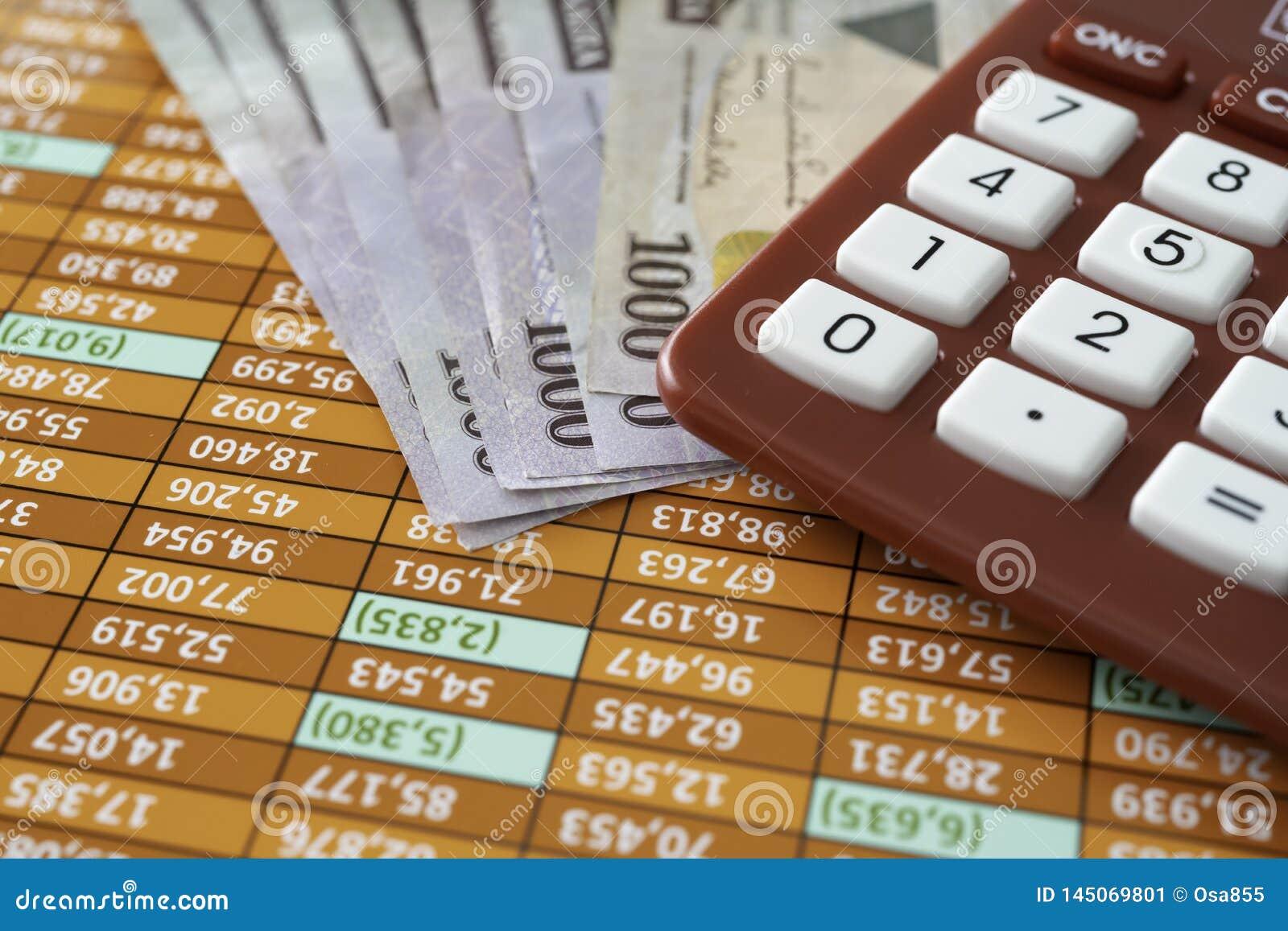 Notas nigerianas do naira com a calculadora na planilha