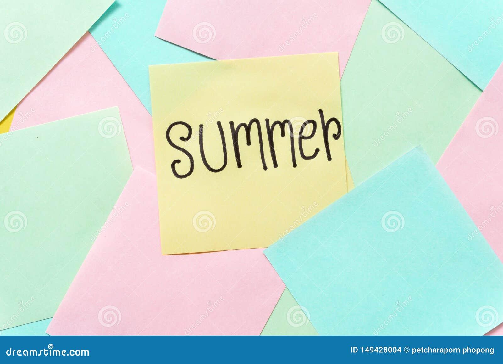 Notas pegajosas coloridas del verano sobre un espacio amarillo libre del fondo
