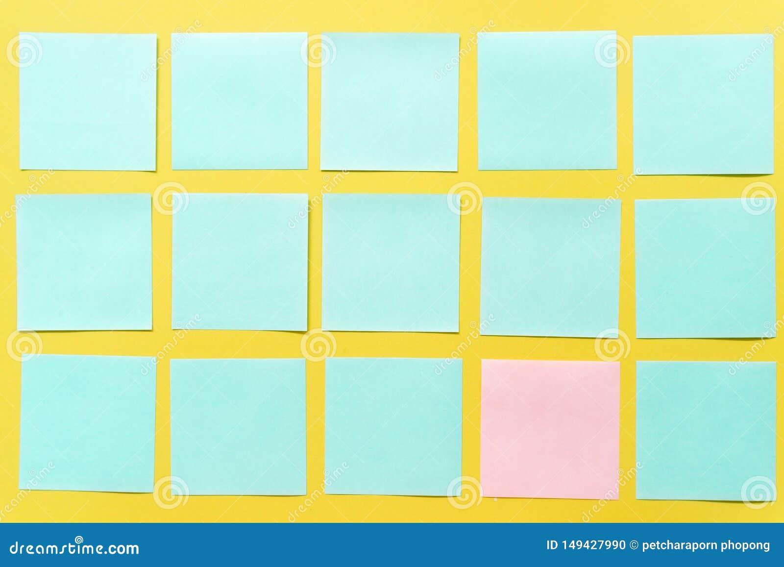 Notas pegajosas coloridas em um espa?o amarelo livre do fundo