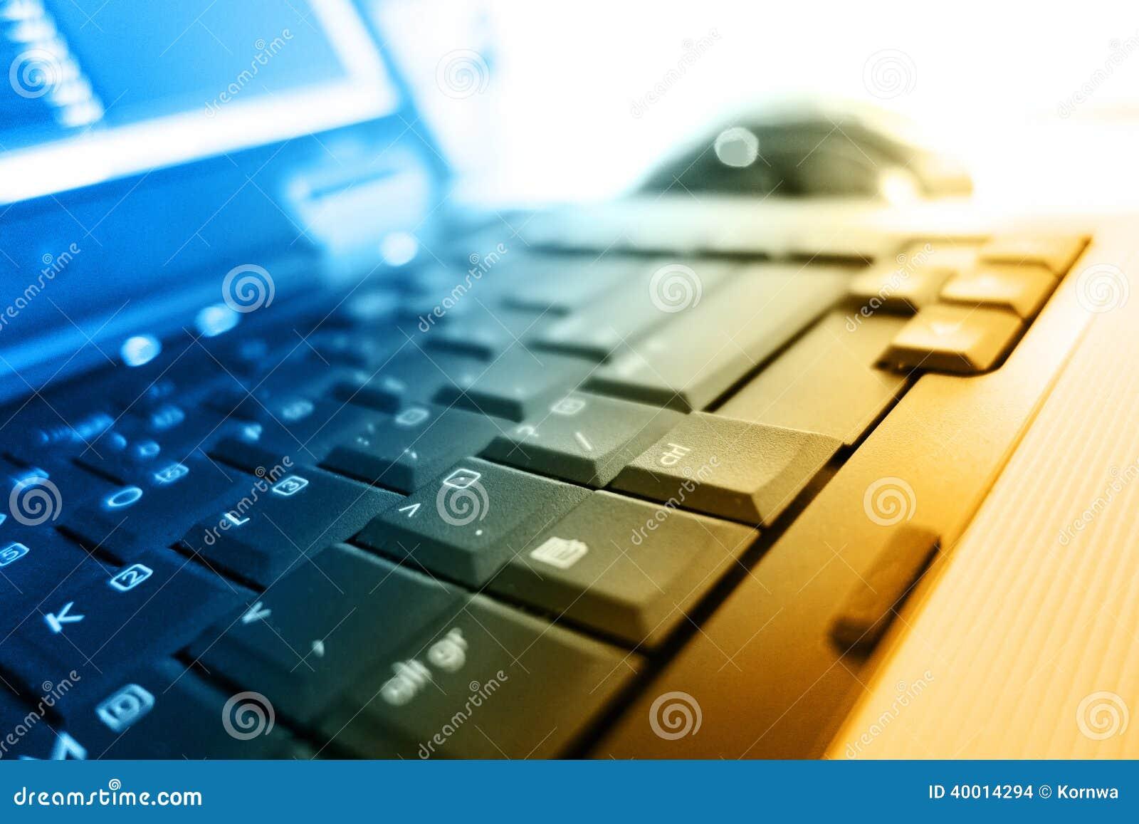 Notatnik klawiatura w ciepłych kolorach