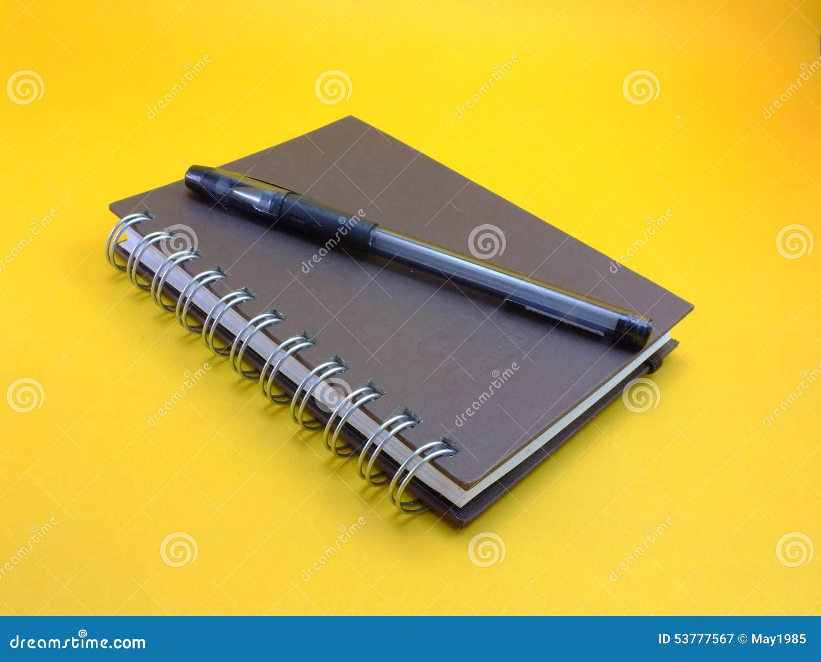 Notatnik na żółtym tle