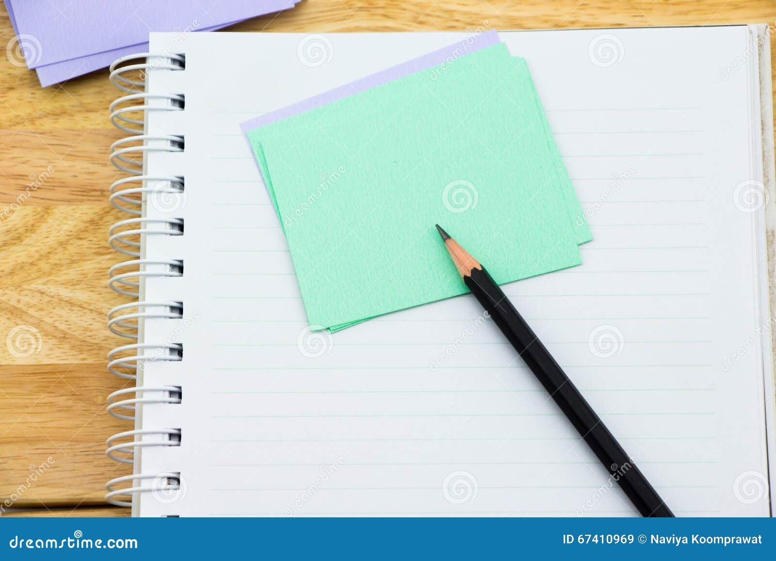 Notatnik, nutowy papier i czerń ołówek,