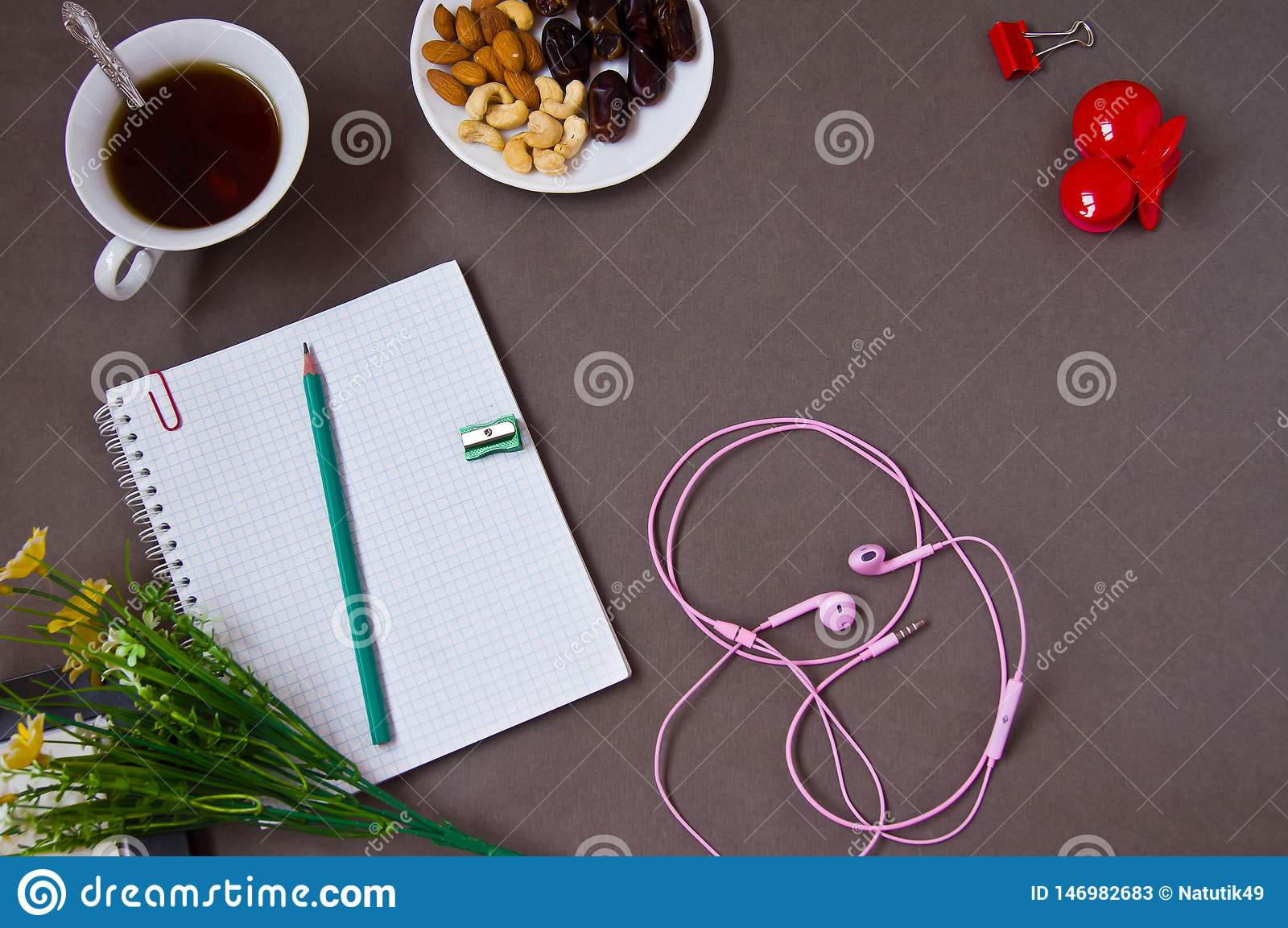 Notatnik, pióro, filiżanka kawy