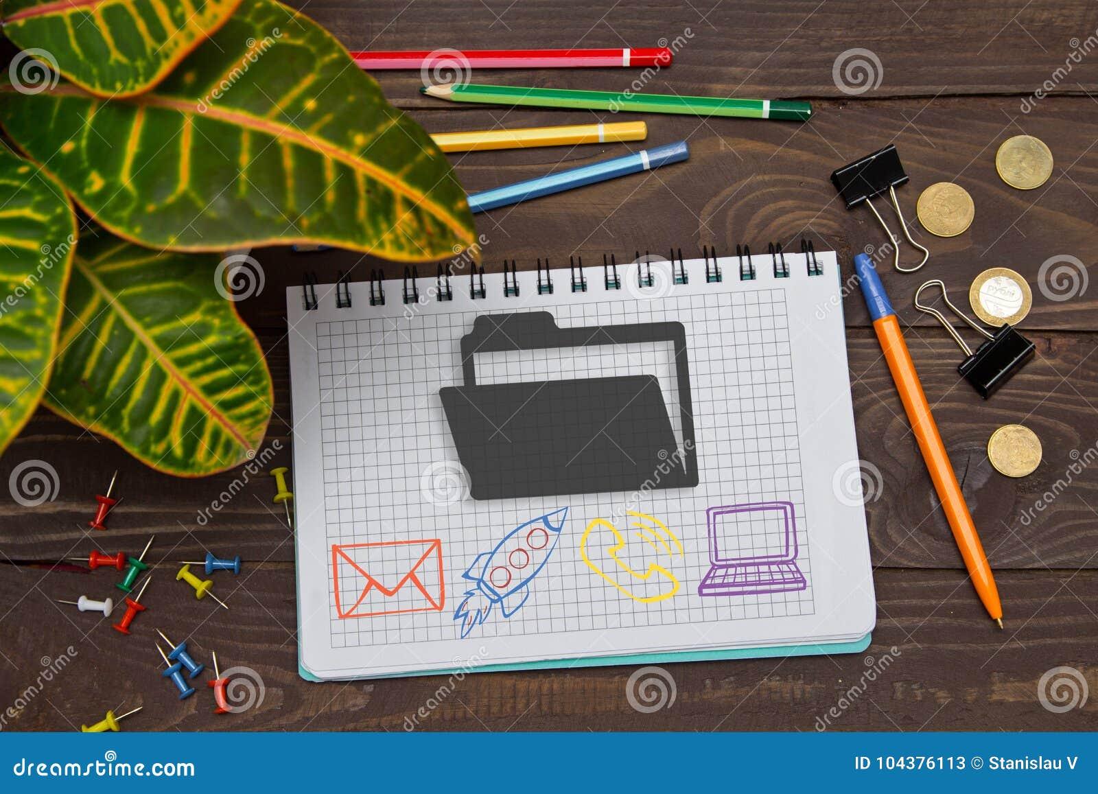 Notatnik z notatki kartoteki falcówką na biuro stole z narzędziami