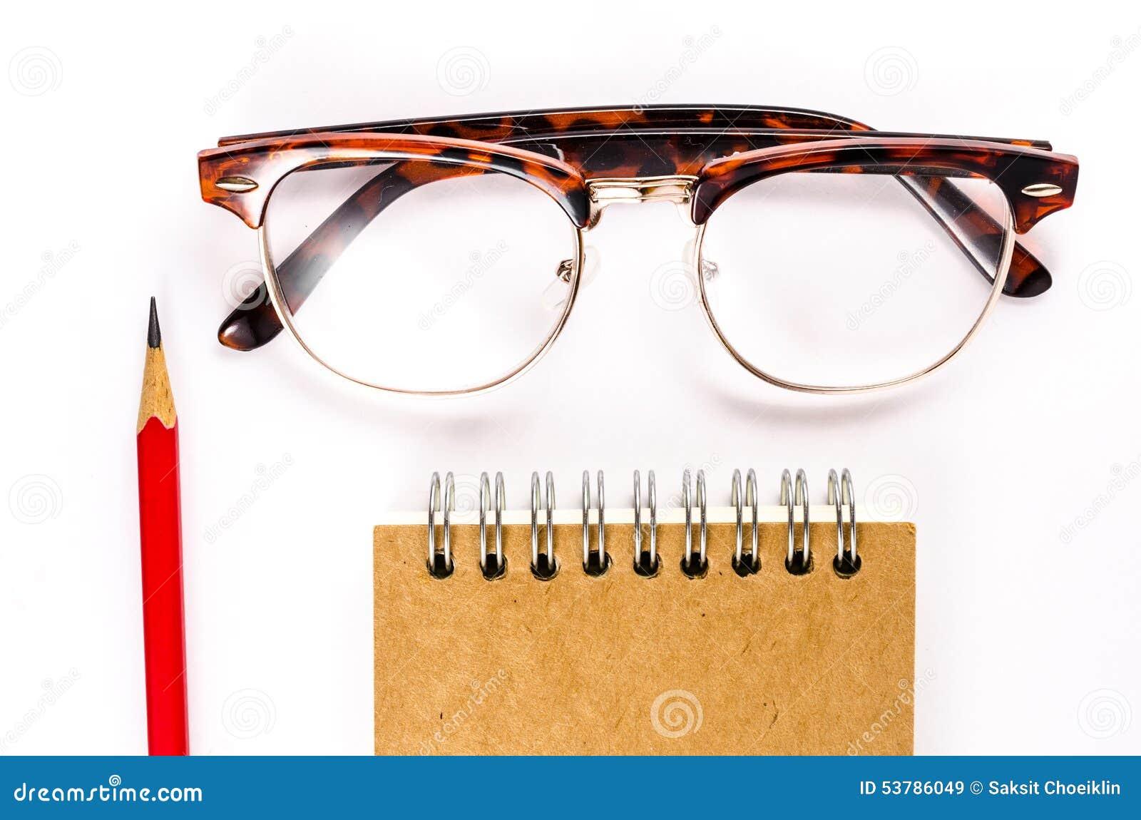 Notatnik z szkłami i ołówkiem na białym tle