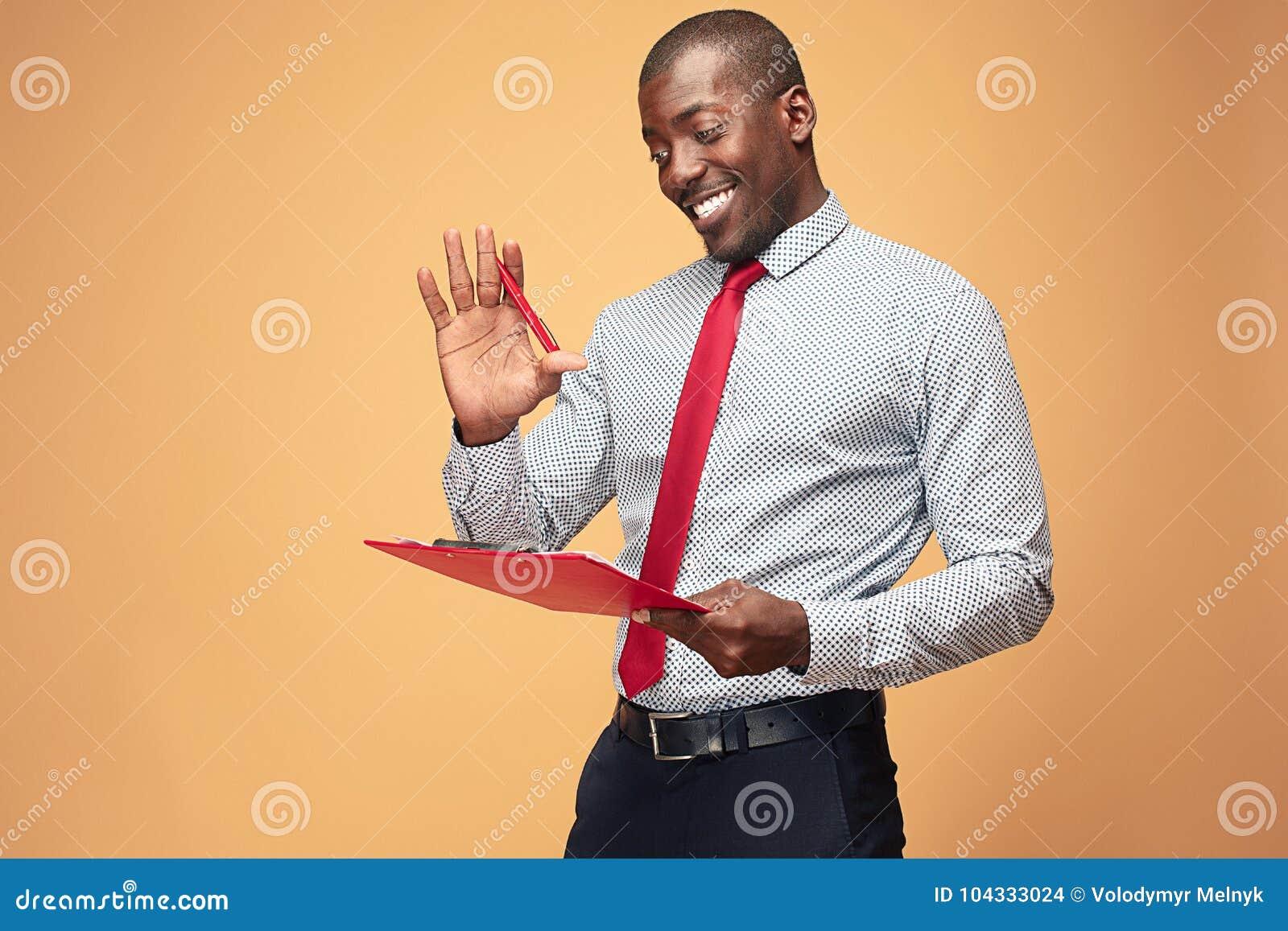 Note afroamericane diritte attraenti di scrittura dell uomo d affari