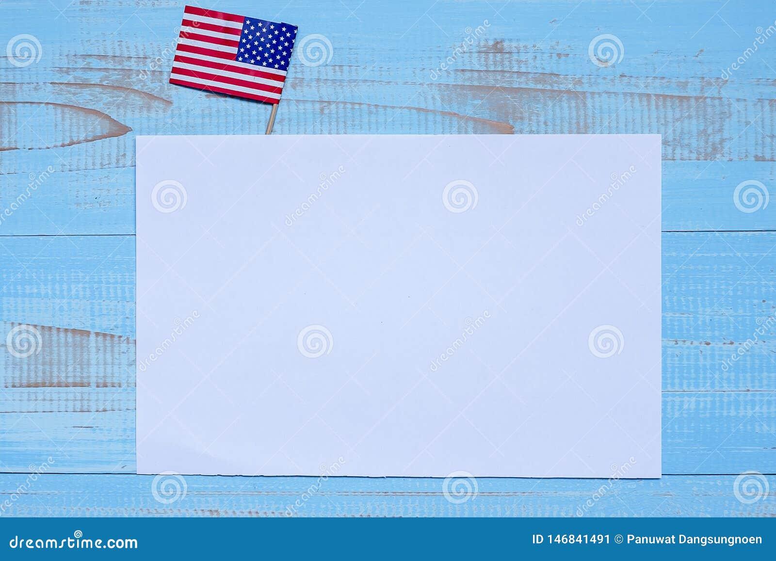 Note de papier blanc avec le drapeau des Etats-Unis d Amérique sur le fond en bois bleu Vacances des Etats-Unis des vétérans, mém