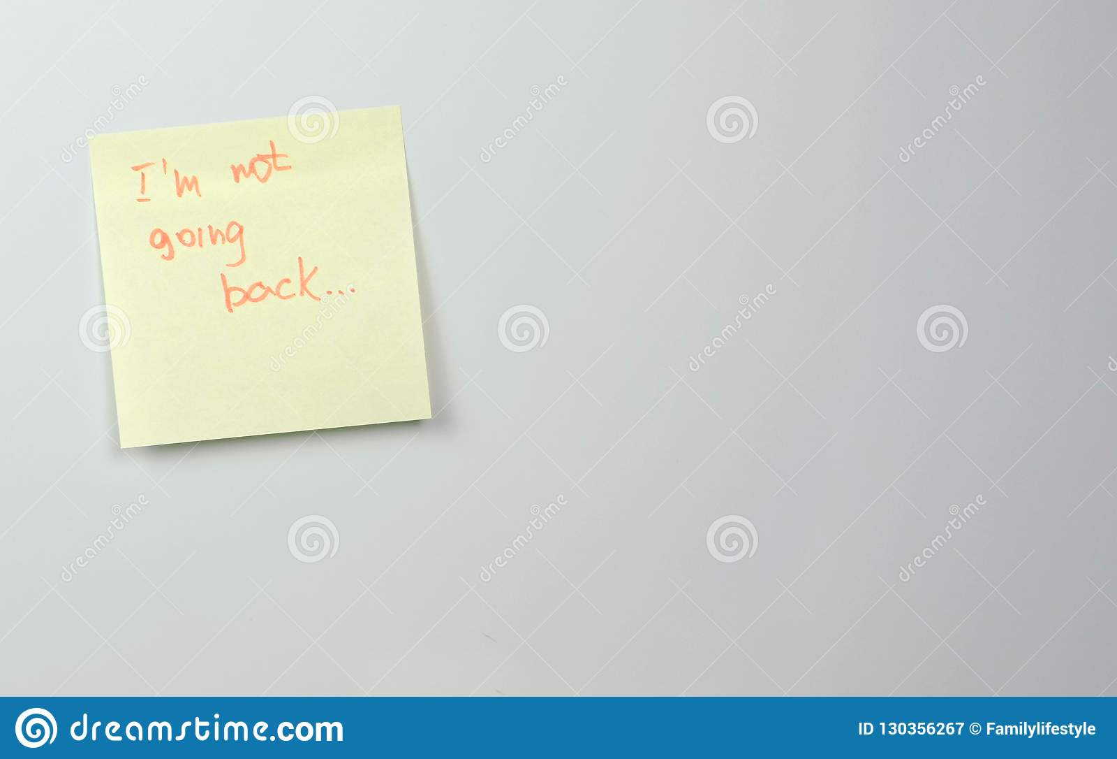 Note Sur Les Feuilles De Papier D'autocollant Jaune Avec ...