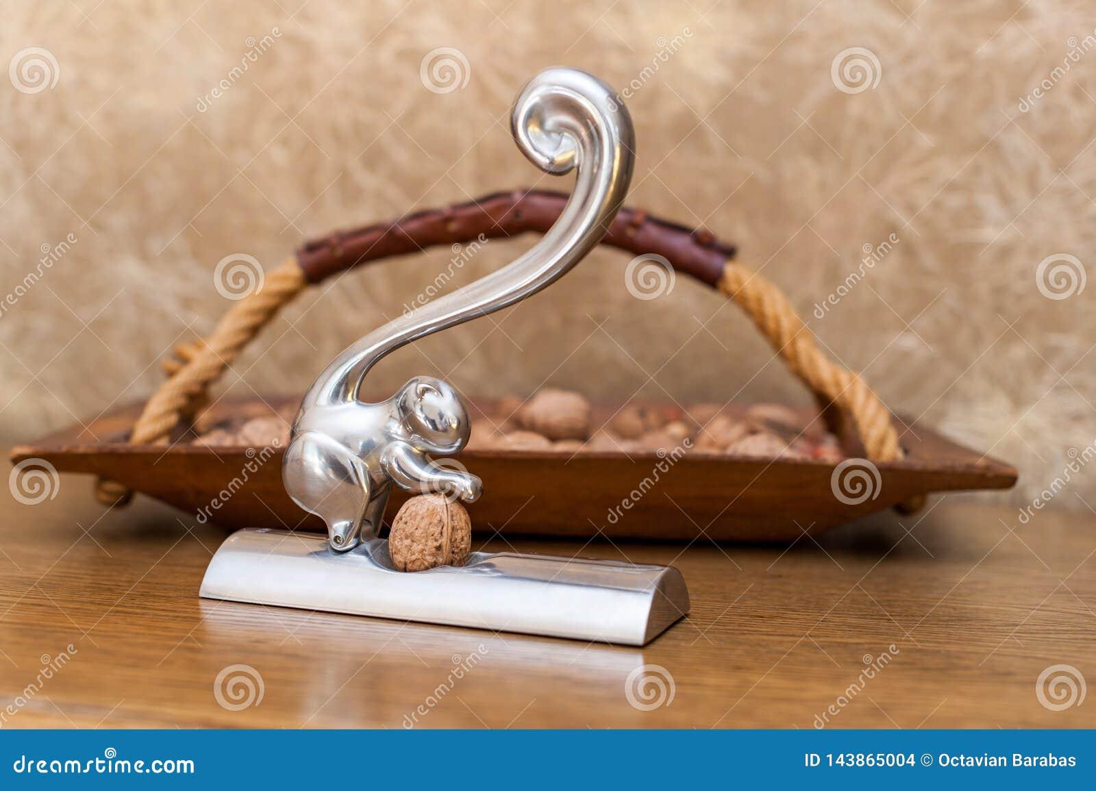 Notekraker en houten mand met noten