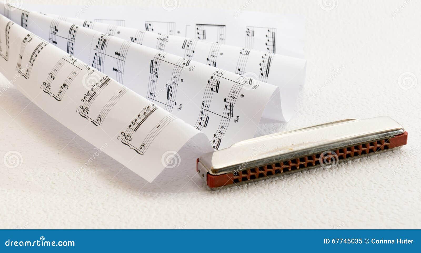 Noten und eine Harmonika