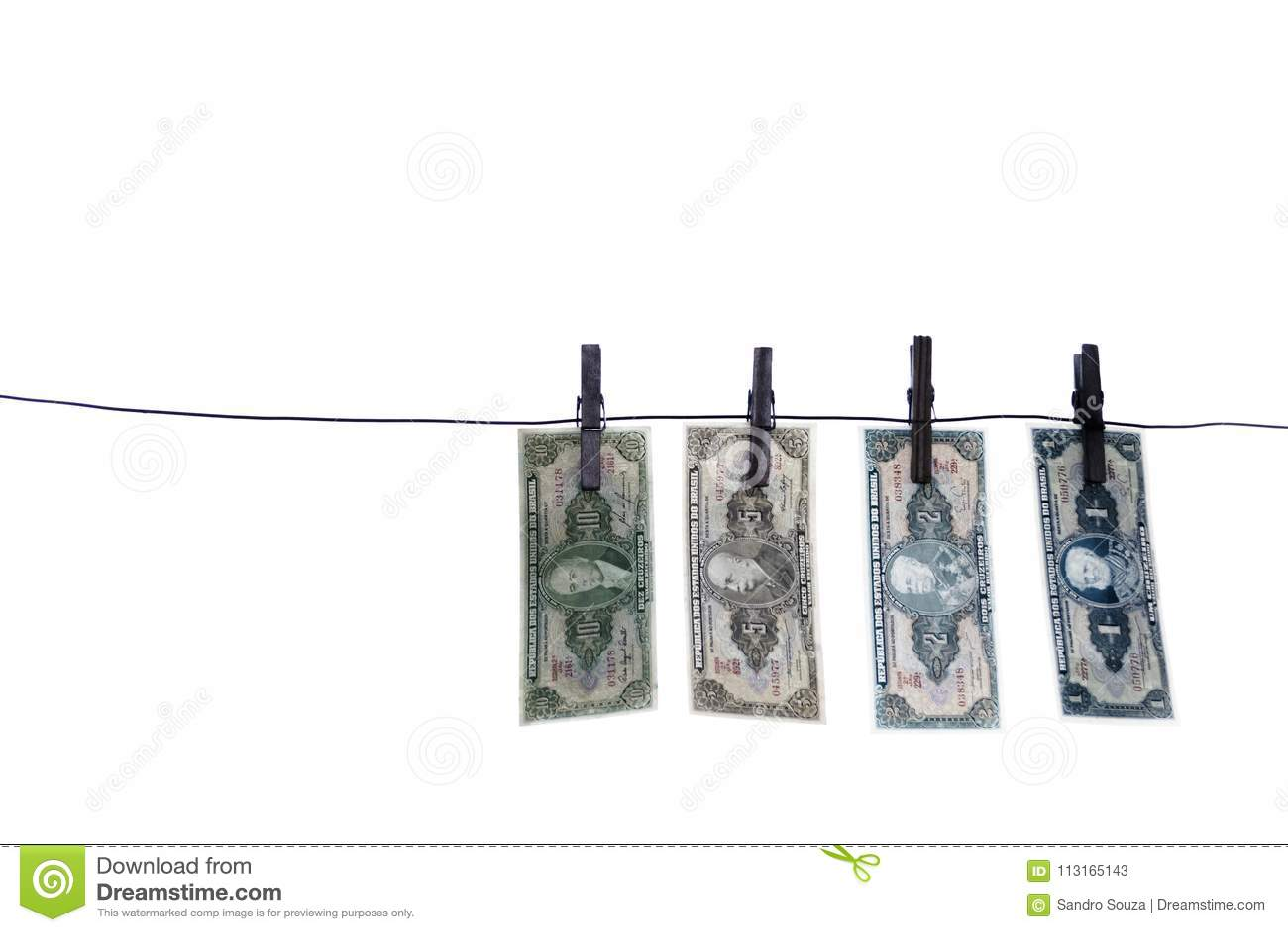 Notes, billets de banque, vieil argent brésilien sur la corde à linge